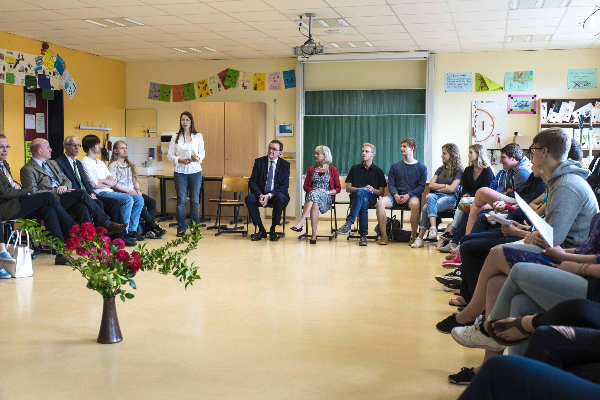 Gespräch im Religionsunterricht über ethische Themen mit den Schülern der 12. Jahrgangsstufe. Begrüßung durch Pfarrerin Dr. Anna Karena Müller