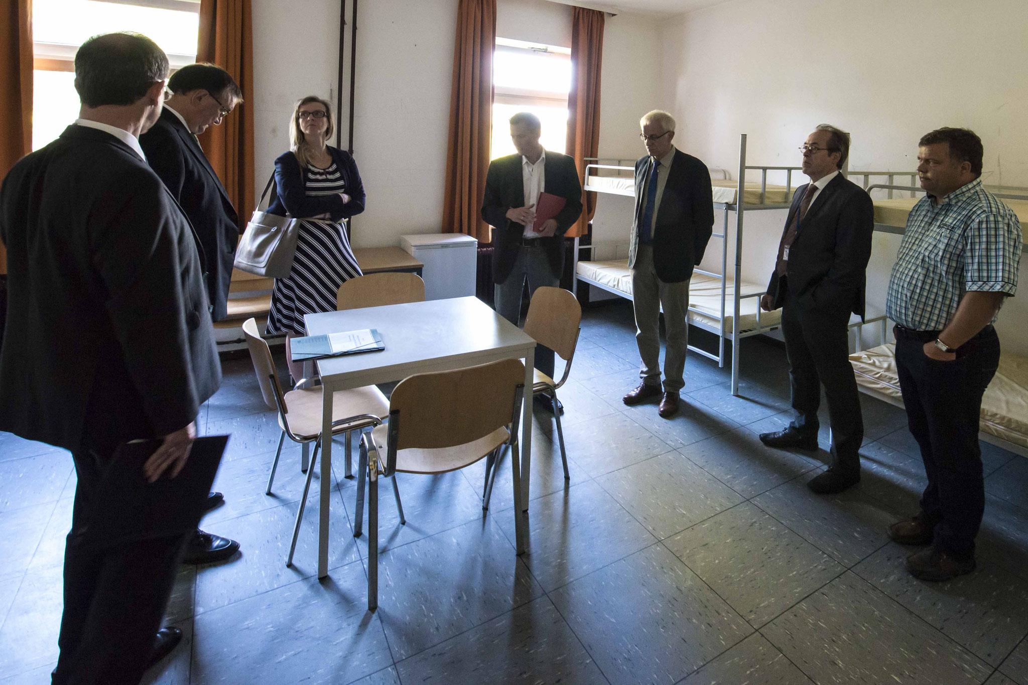 Sechser Zimmer mit Stockbetten: RP Ullrich (v.l.n.r.), Bischof Hein, Pfarrerin Christina Schnepel, Zutz, Propst Wöllenstein, Dekan Köhler, Bürgermeister Thomas Groll