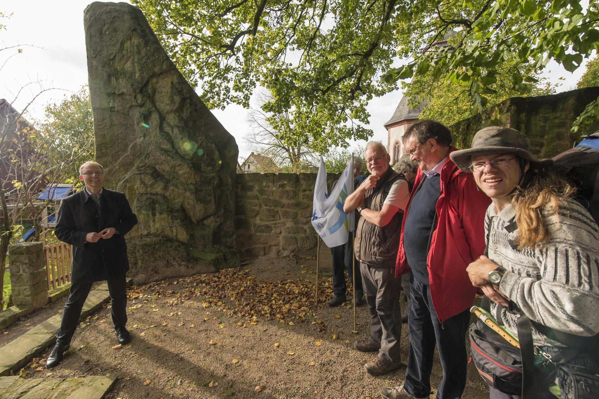 """Der """"Lange Stein"""", ein Menhir aus vorchristlicher Zeit gab dem Ort den Namen."""