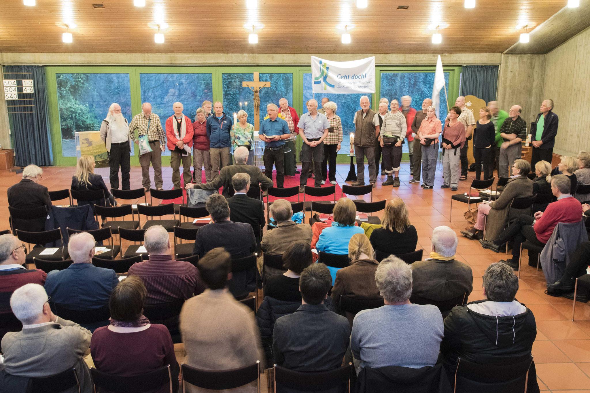 Die Pilgergruppe erzählt in der Kreissynode von ihren Erfahrungen und dem Anliegen der Klimagerechtigkeit