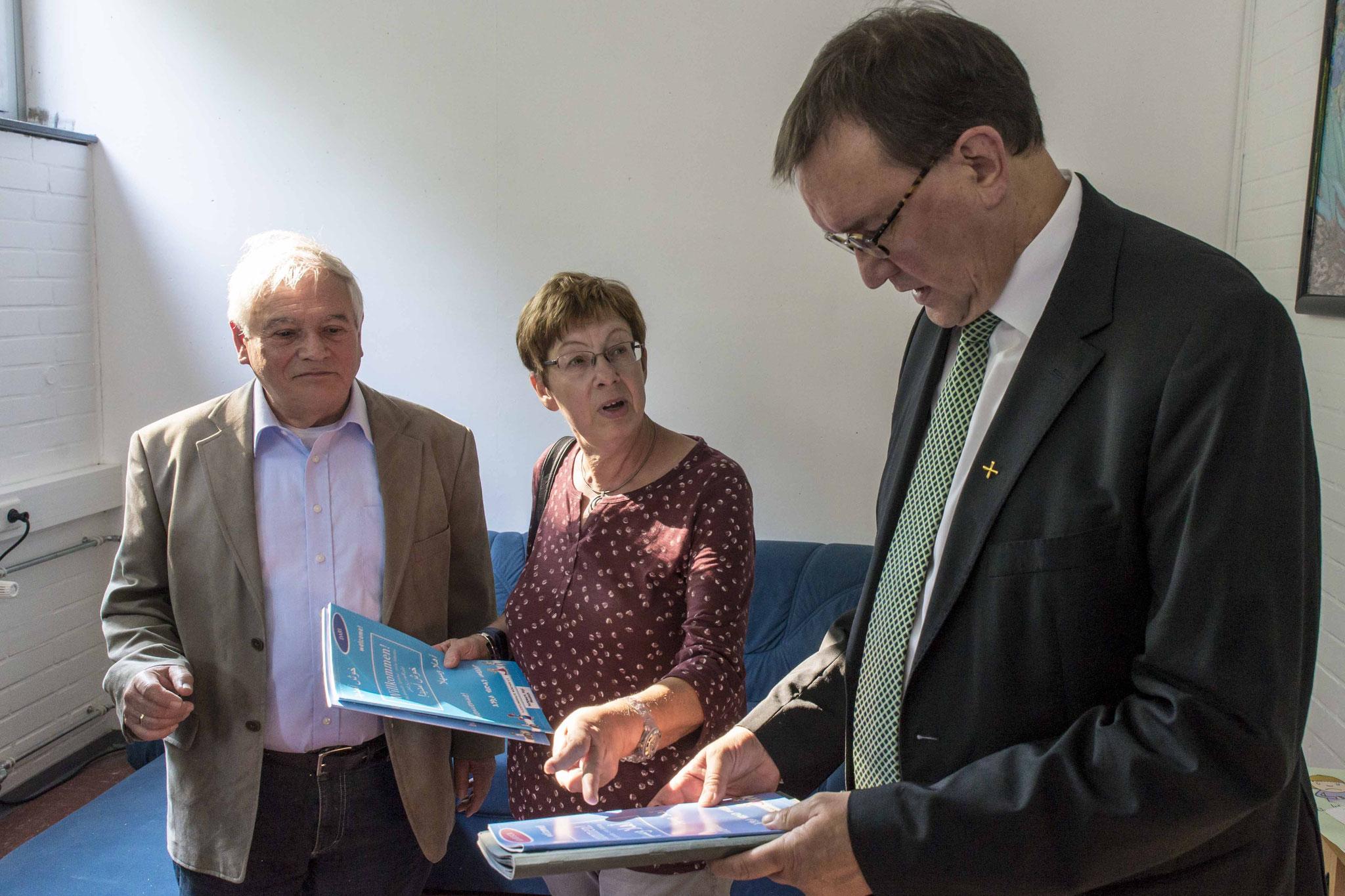 Roland Schade (v.l.n.r.), Diakoniepfarrer Ulrich Kling-Böhm, RP Ullrich, Barbara Schade, Pfarrerin Petra Zimmer, Bischof Hein, Propst Wöllenstein