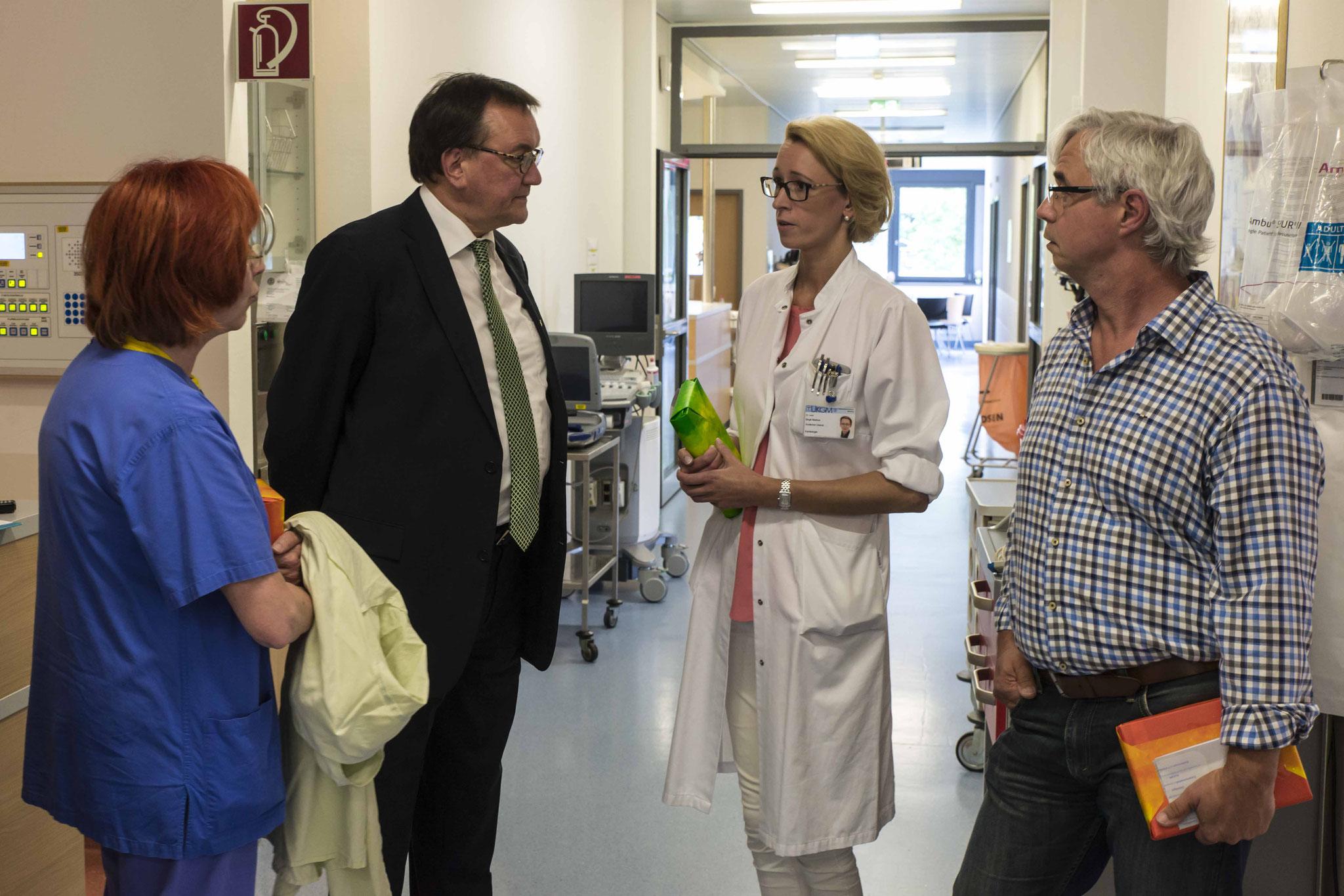 Gudrun Bittner (Stationsleitung), Bischof Prof. Dr. Martin Hein, Dr. Birgit Markus, Bernd Reinhard (Pfleger)