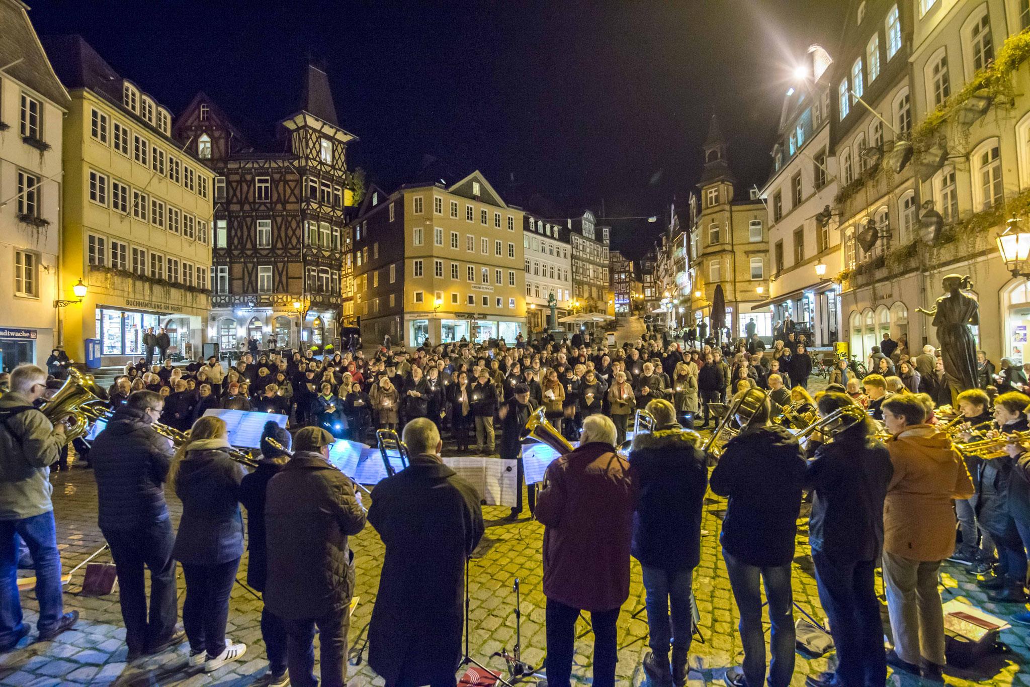 Auf dem Marktplatz vor dem Rathaus wurde zu Beginn des Reformationsjubiläums für die Stadt gebetet (Foto: Karl-Günter Balzer)