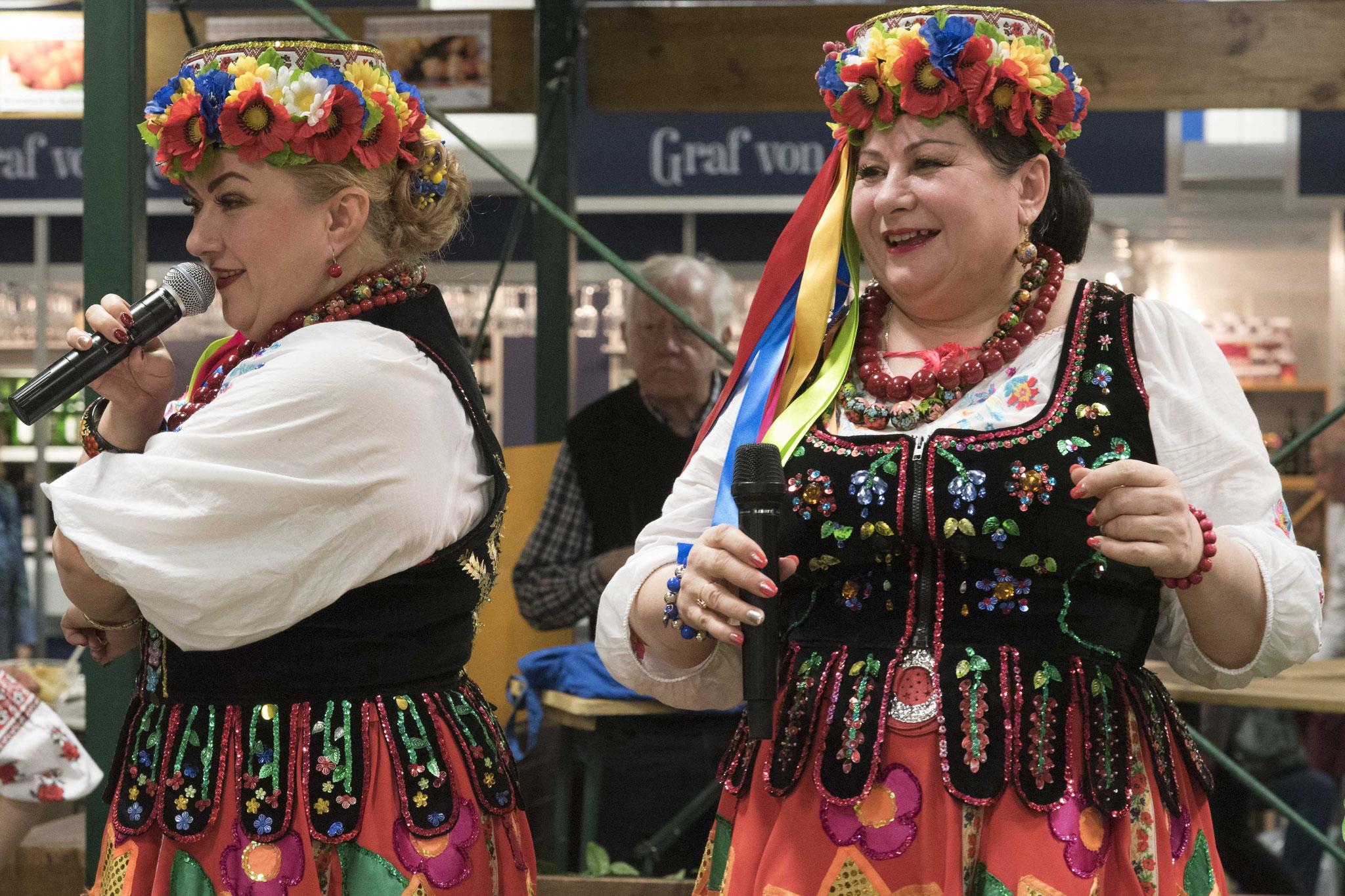 Grüne Woche: Sängerinnen am Stand der Ukraine