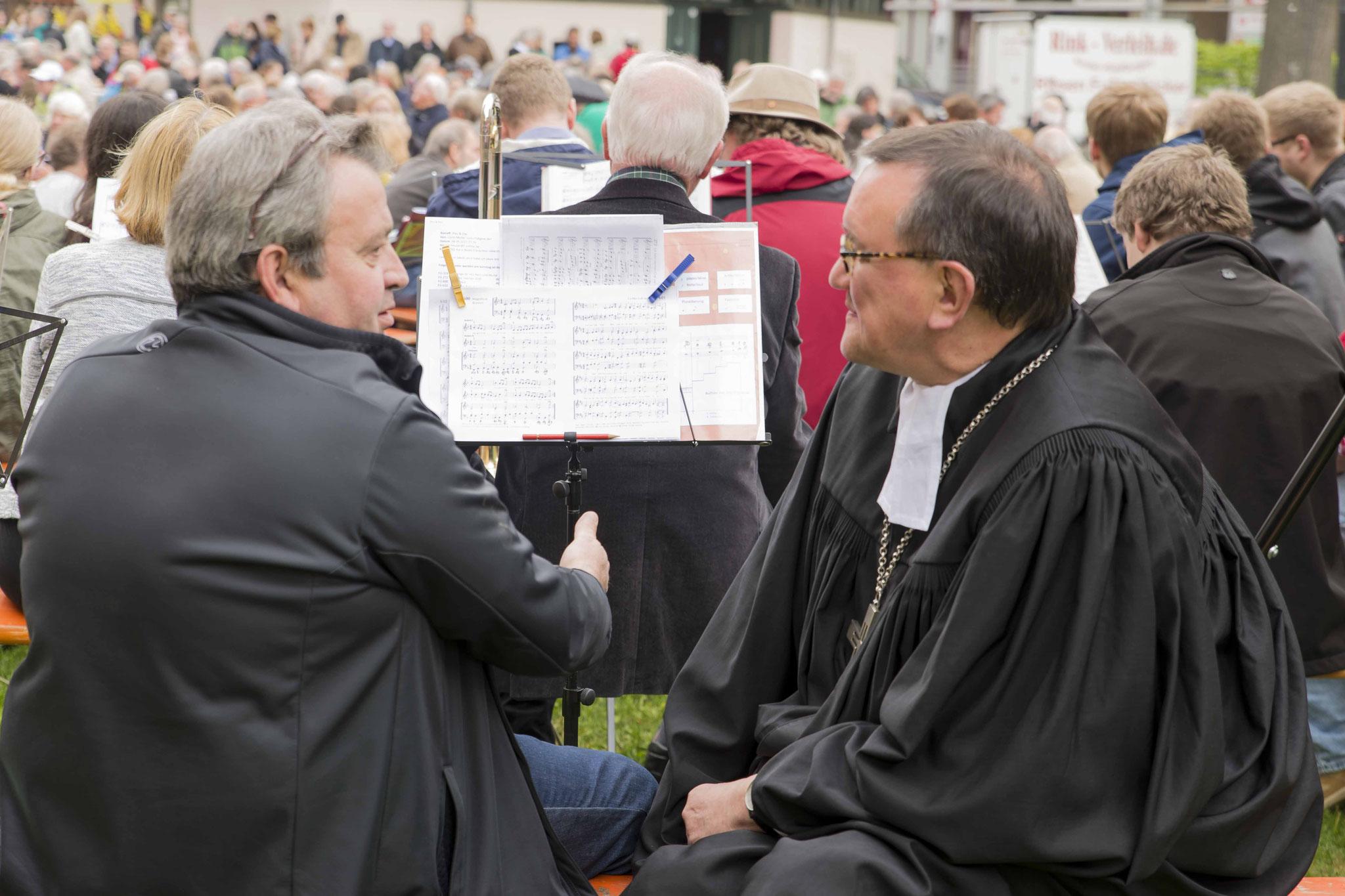 Bischof Hein im Gespräch mit einem Musiker