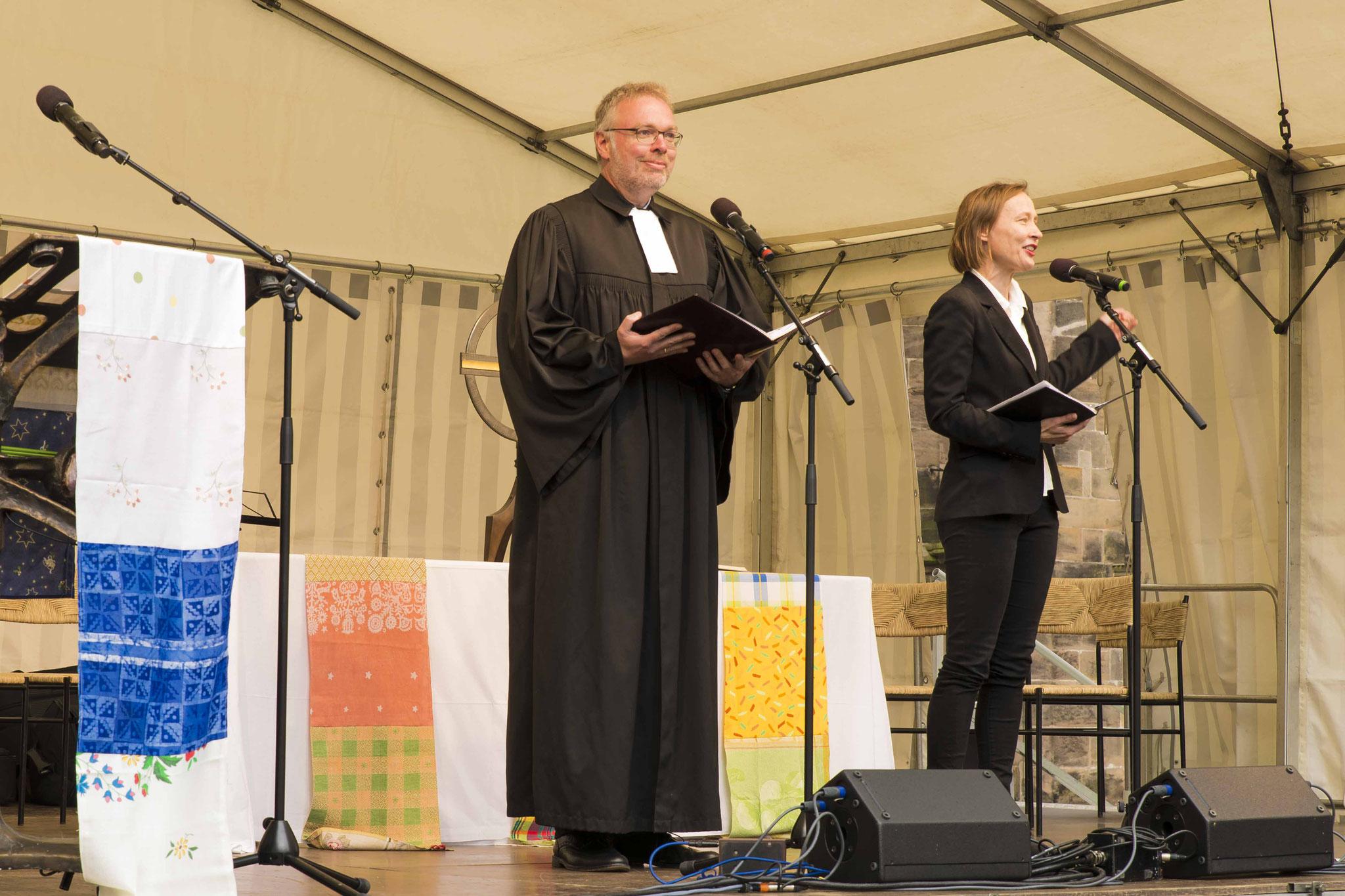 Dekan Burkhard zur Nieden und Pfarrerin Katja Simon (Projektleiterin in Marburg)
