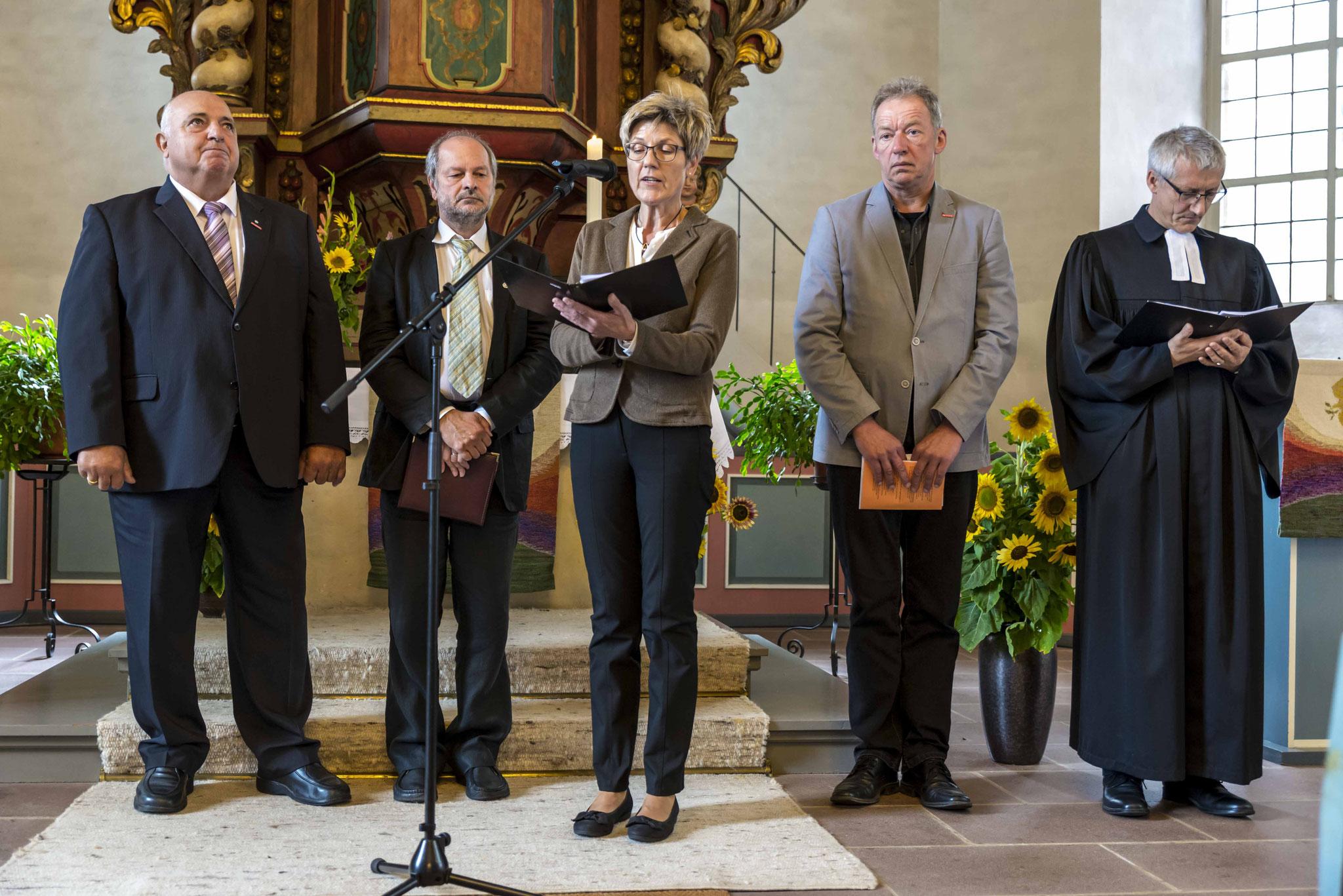 Das Fürbittgebet am Ende des Gottesdienstes sprachen Karl-Heinz Göpel (v.l.n.r.), Dieter Lomb, Hannelore Volke, Alfred Schüttler und Dr. Jochen Gerlach  (Fotos: Karl-Günter Balzer)