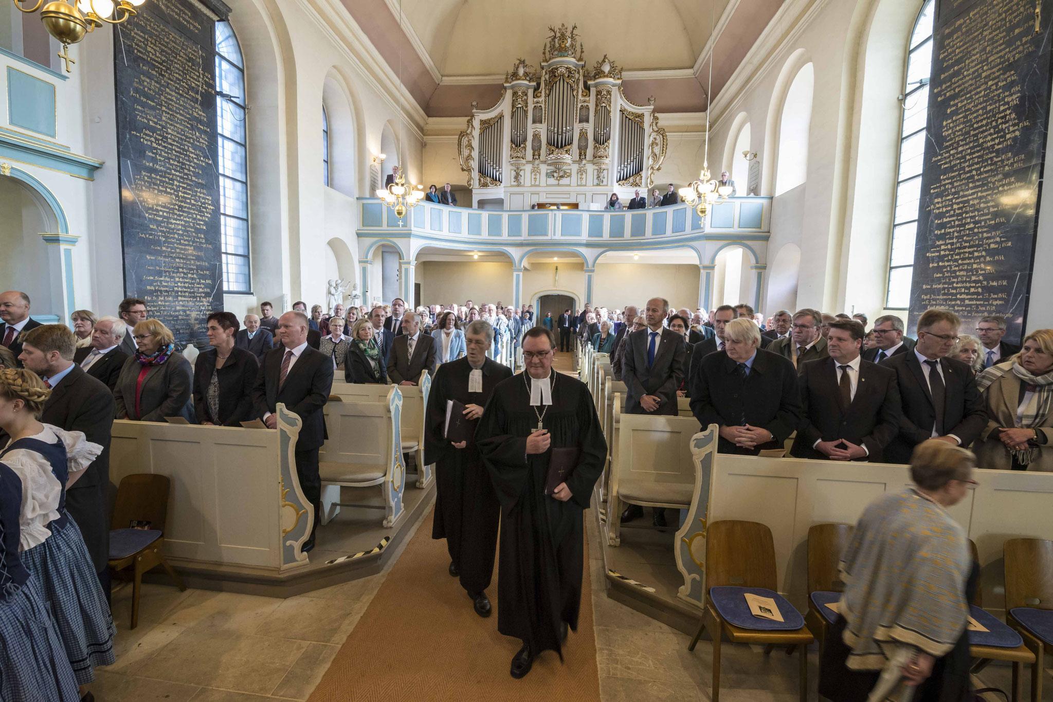 Einzug Bischof Hein und Pfarrer Lueg