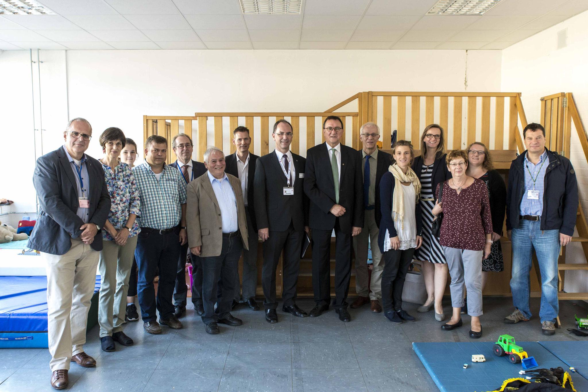 Treffen in der Hessischen Erstaufnahmeeinrichtung für Flüchtlinge in Neustadt. Regierungspräsident Dr. Christoph Ullrich und Bischof Prof. Dr. Martin Hein (7. und 8. von links) mit den Delegationen im Spielraum für die Kinder (Fotos: Karl-Günter Balzer)