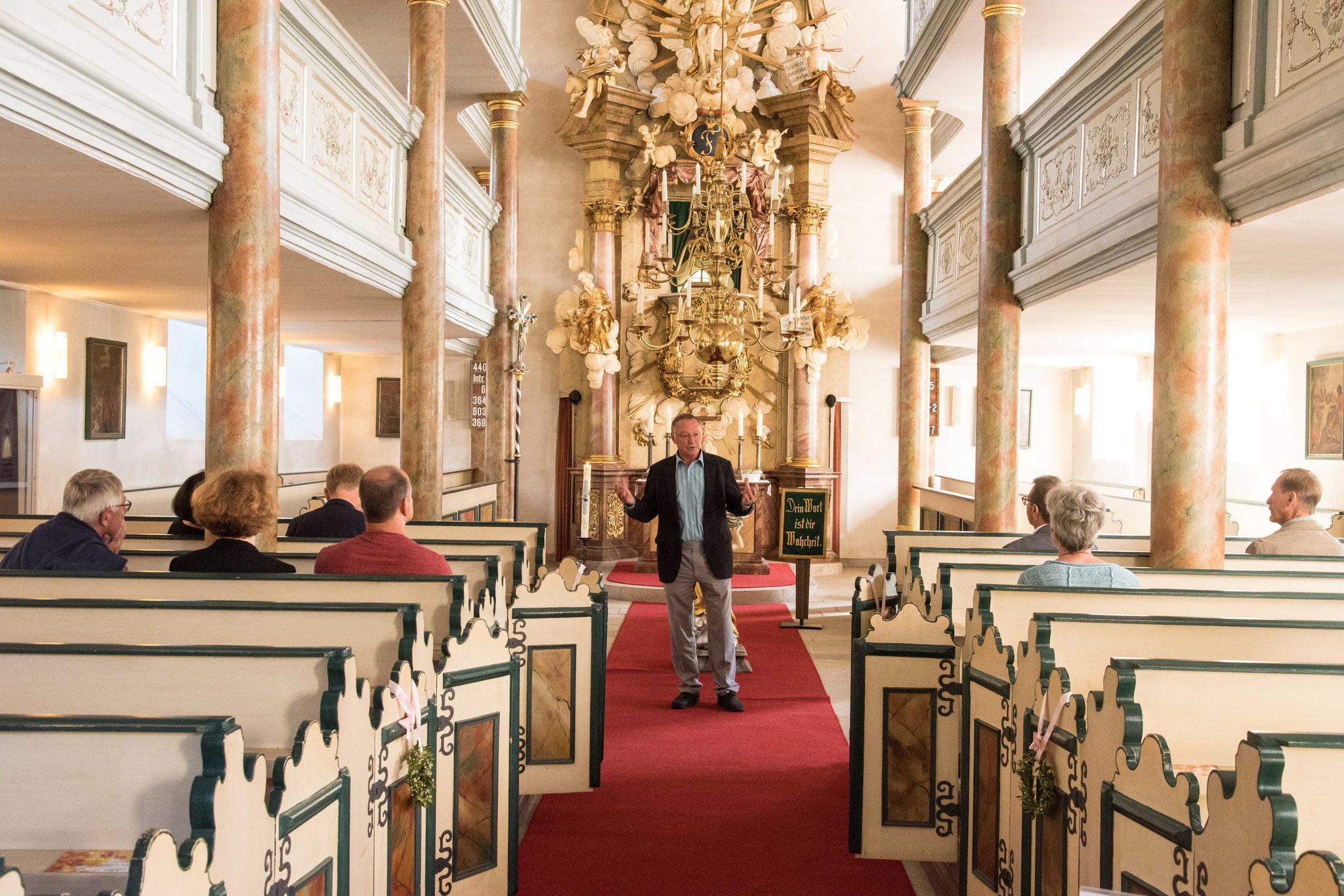 Hans Peetz führte durch die Pfarrkirche St. Johannins in Bayreuth