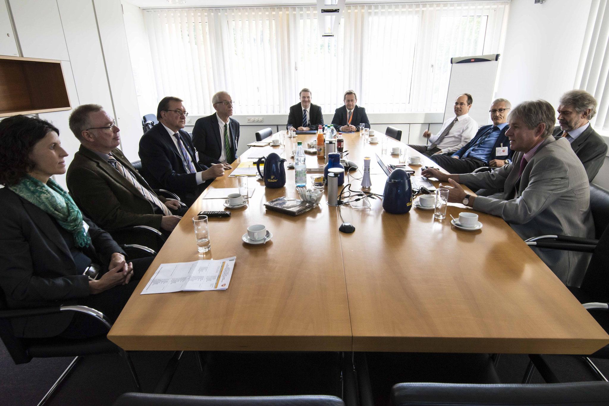 Treffen mit der Geschäftsführung von GlaxoSmithKline: Mario Zörb (Personalabteilungsleiter hinten v.ln.r.), Pedro Diaz Kraus (Leiter Gesundheit, Christoph Hungerer, Dr. Volker Husslein (2.v.r.), Jochen Reutter (vorne rechts)