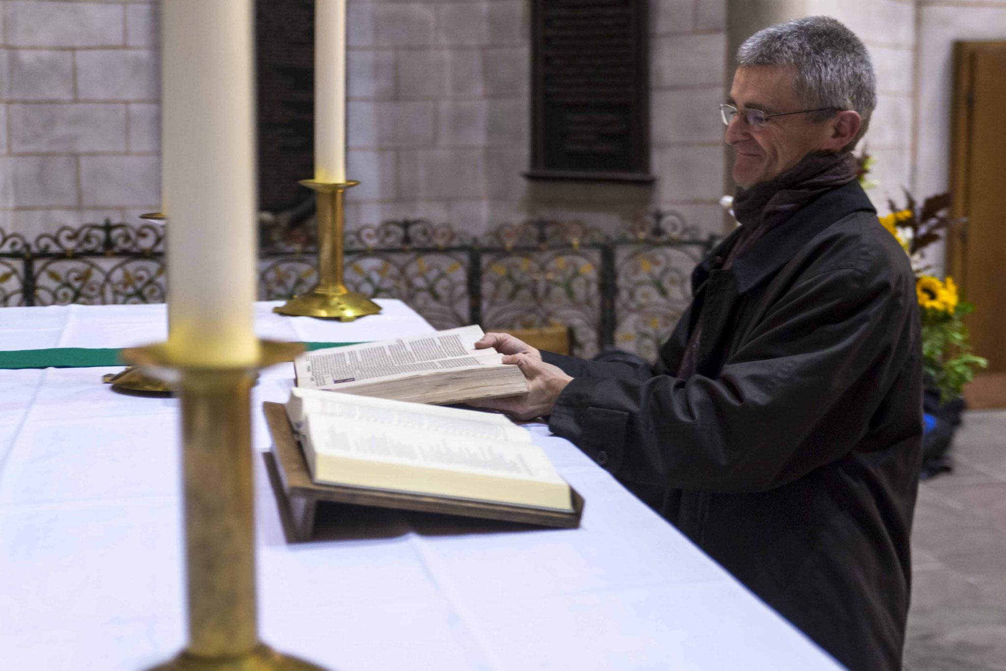 Austausch der Altarbibel