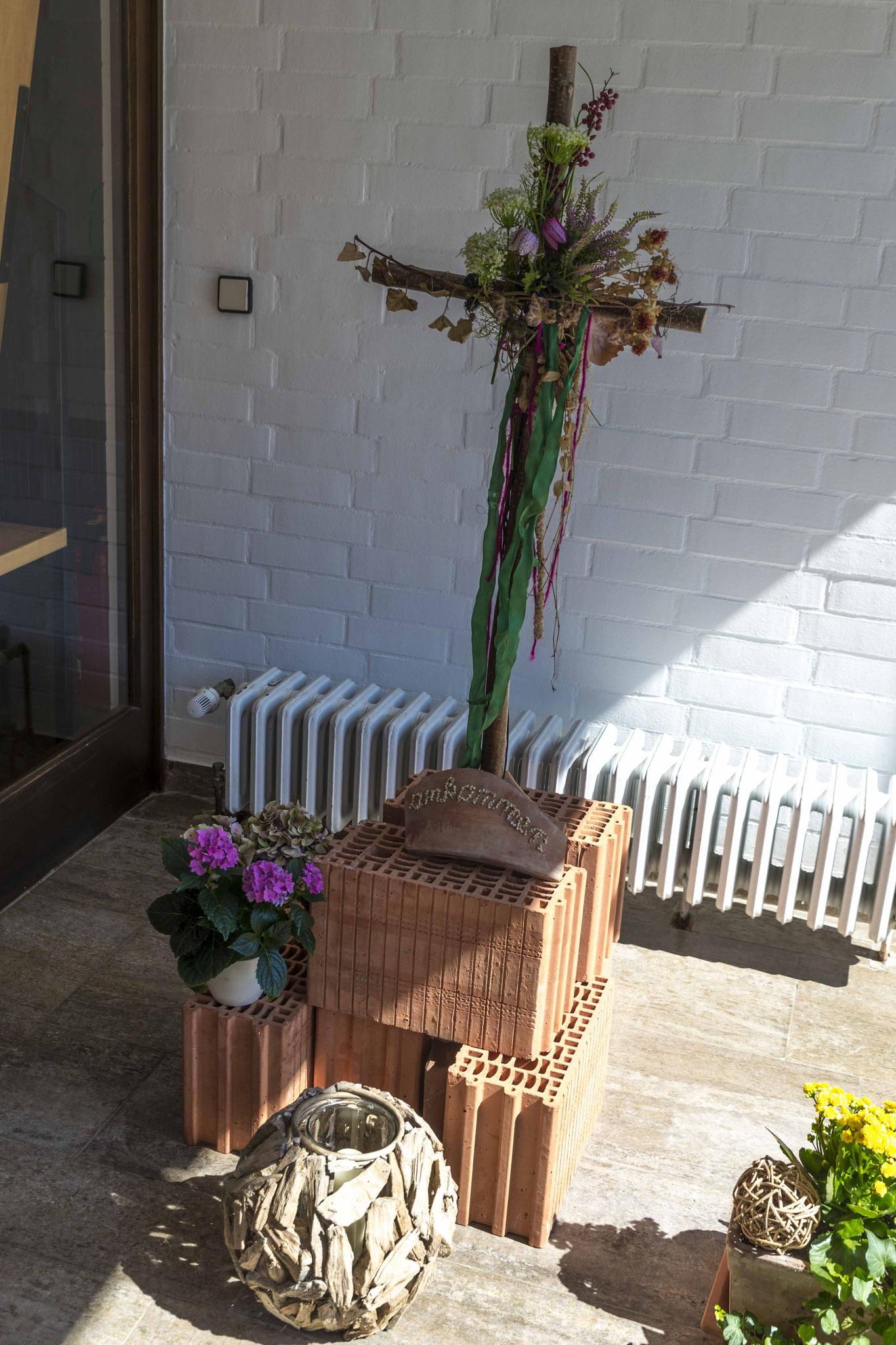 Ein Pilgerkreuz am Eingang