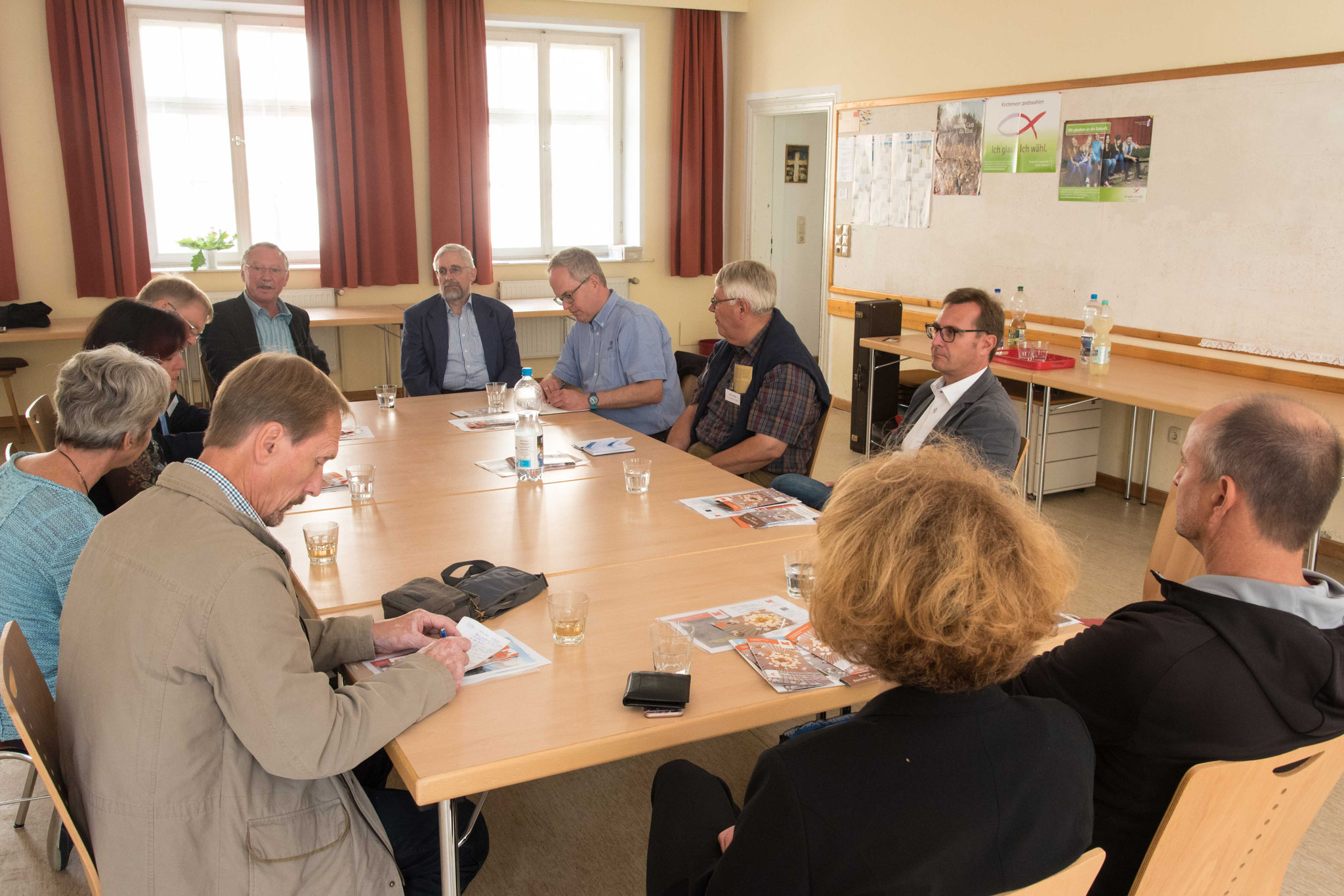 Hans Peetz und LEADER-Manager Gerhard Hensel (hinten v.l.) erläutern das Projekt Markgrafenkirchen entdecken