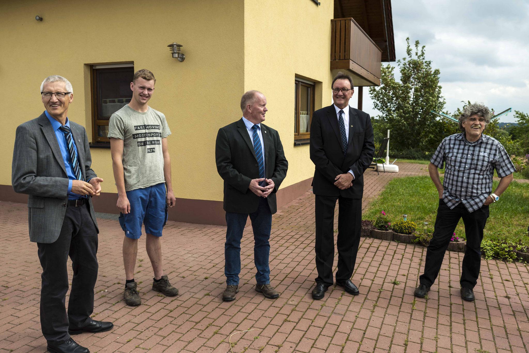 Referatsleiter Dr. Jochen Gerlach (v.l.n.r.), Steffen Schmal, Karsten Schmal, Bischof Dr. Martin Hein, Ortspfarrer Kurt Heyer