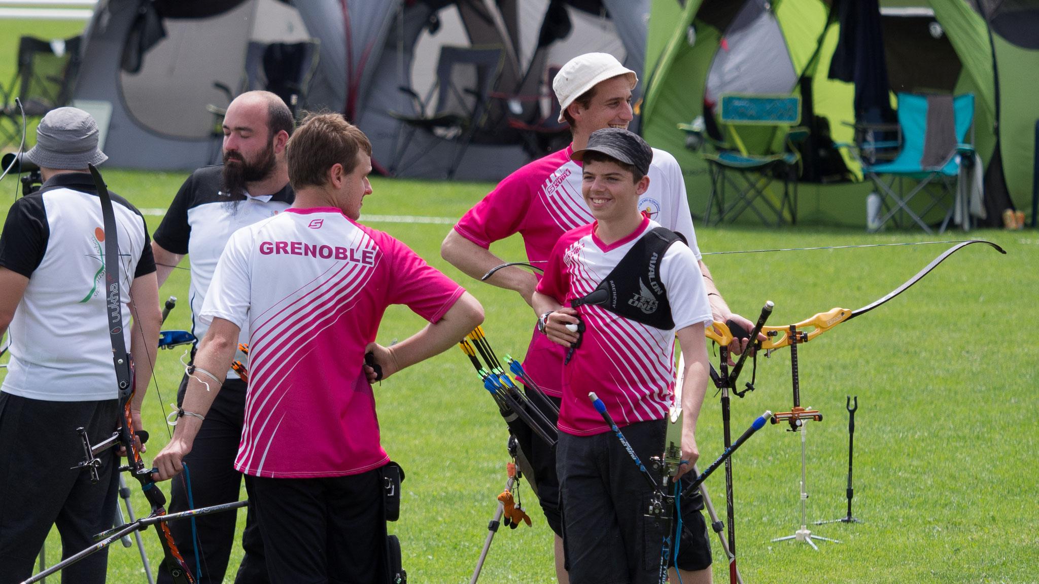 Hors champs ; le coach Matthieu aide visiblement à la concentration des archers...