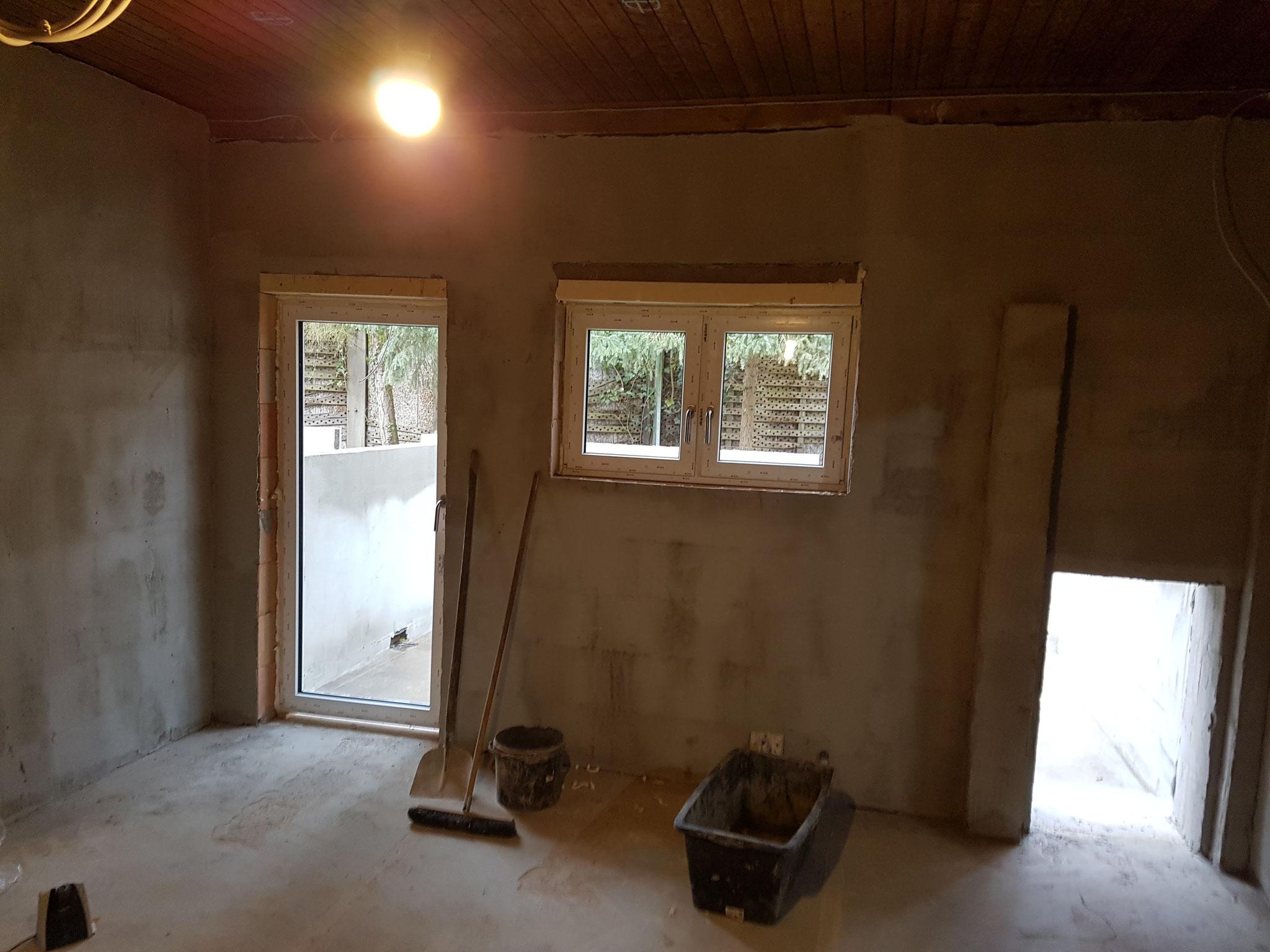 Die Türen und Fenster werden aktuell eingesetzt.