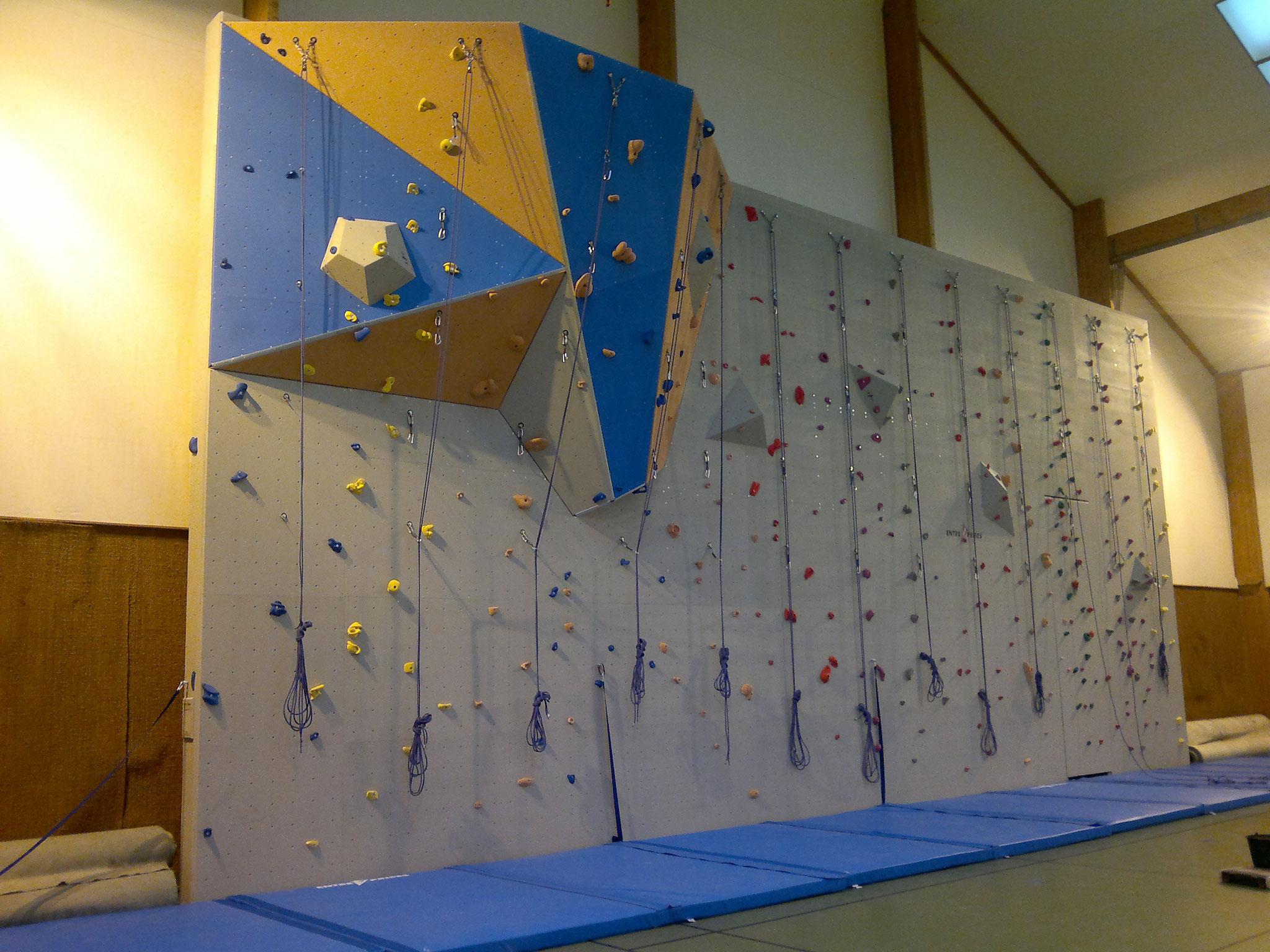 Le mur d'escalade dans la salle de sports!