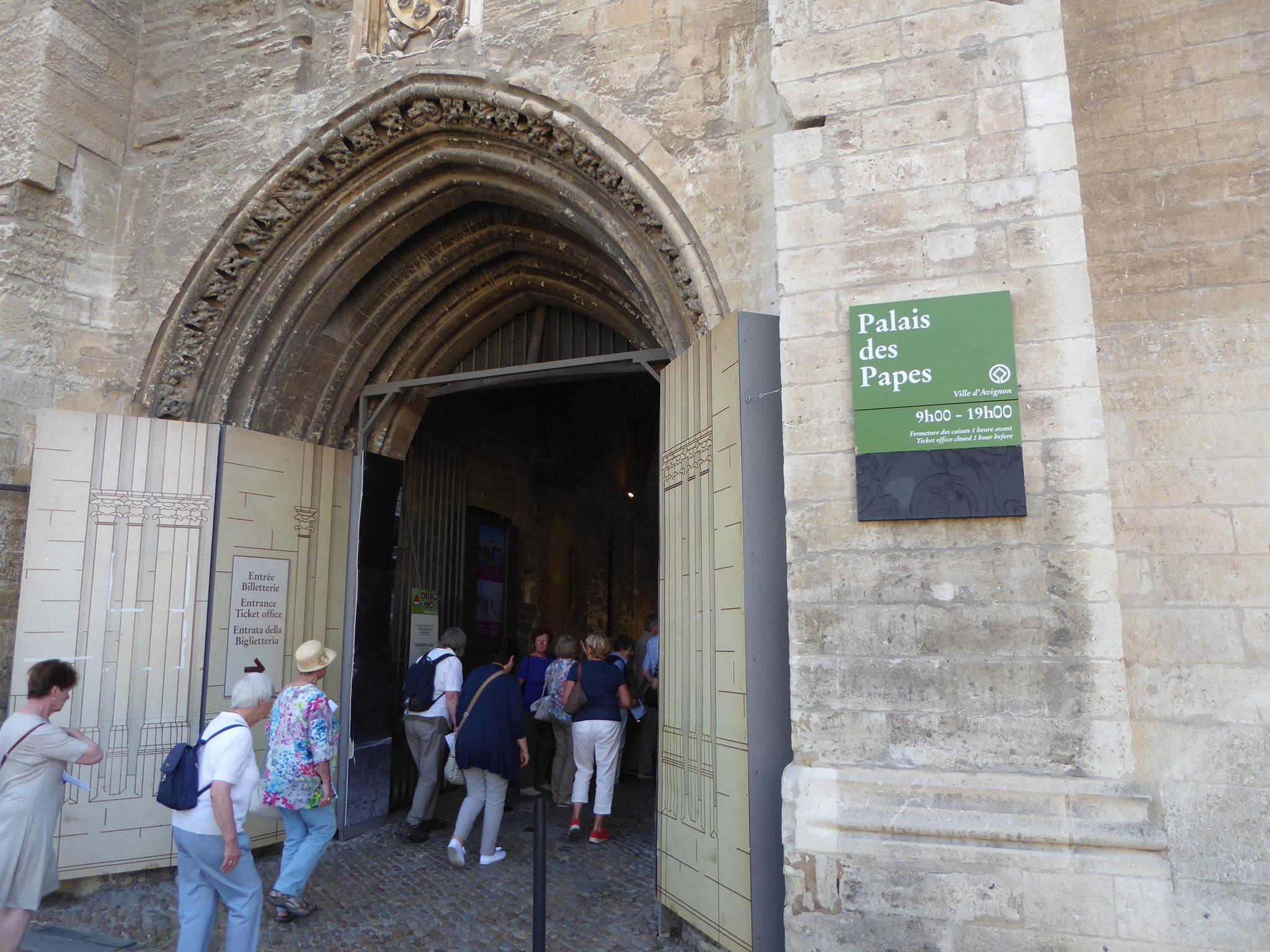 Der Eingang in den Papstpalast von Avignon