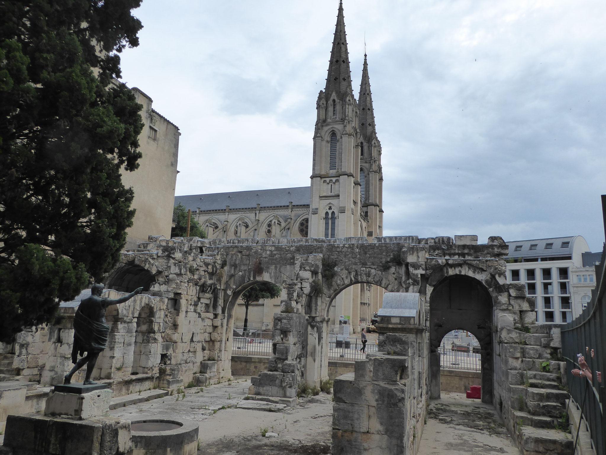 """Porte Auguste mit """"La Cathedrale Notre Dame et St. Castor"""" in Nimes"""