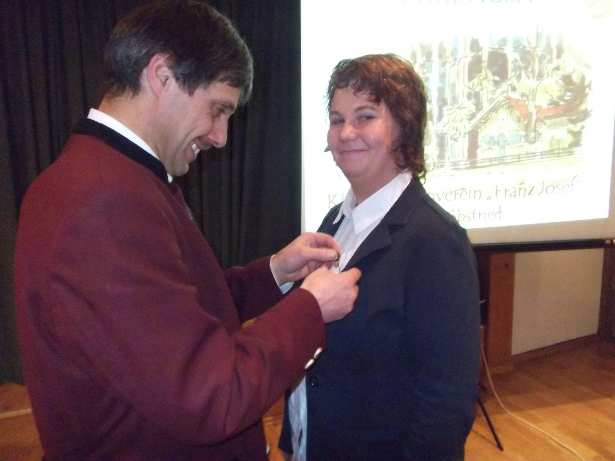 Heidi Wagner bekam vom 1 Schützenmeiser die Ehrennadel für 25 Jahr Mitgliedschaft überreicht