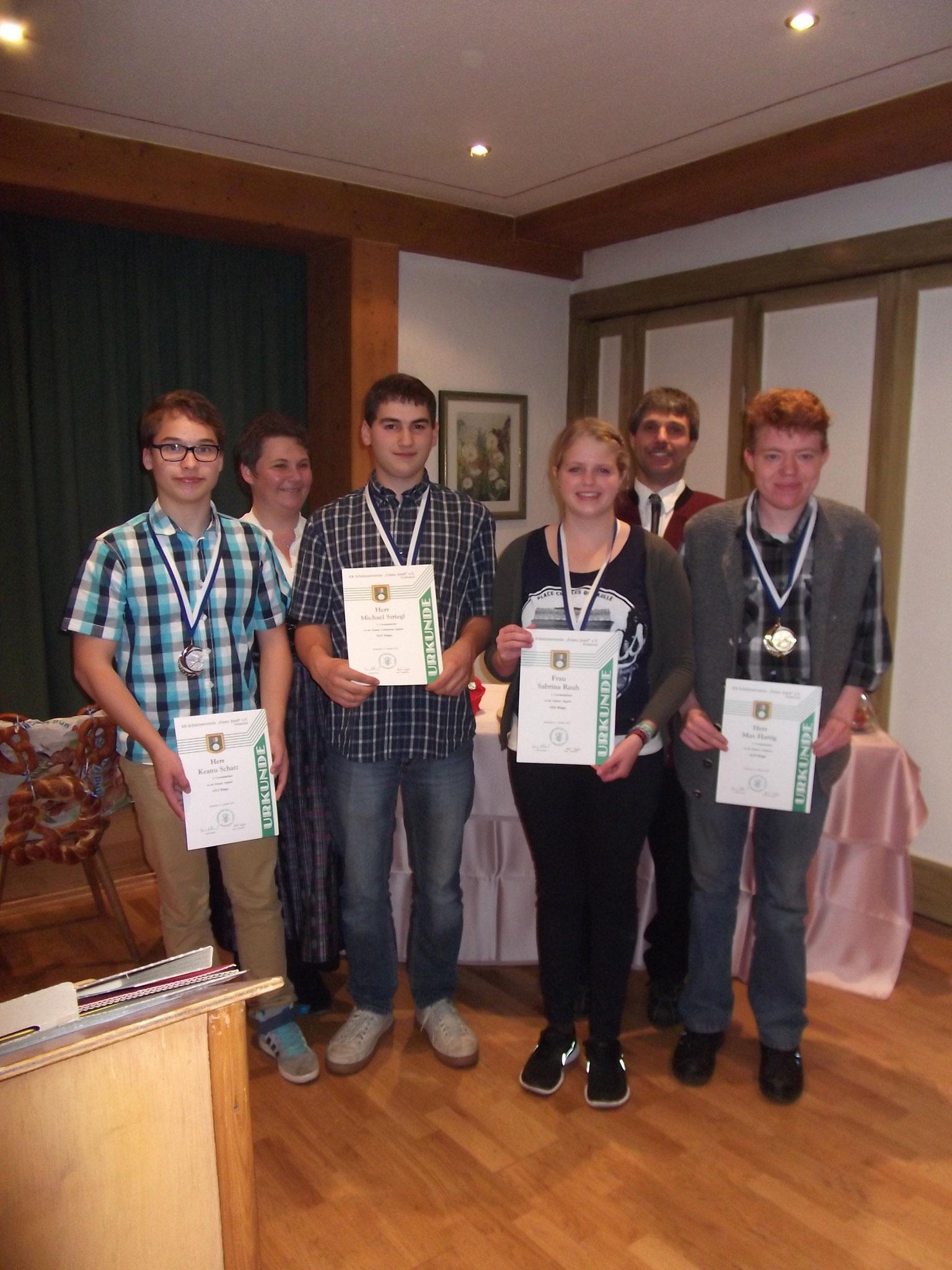 Jugendleiterin Heidi Wagner mit der Jugend bei der Preisverteilung 2014