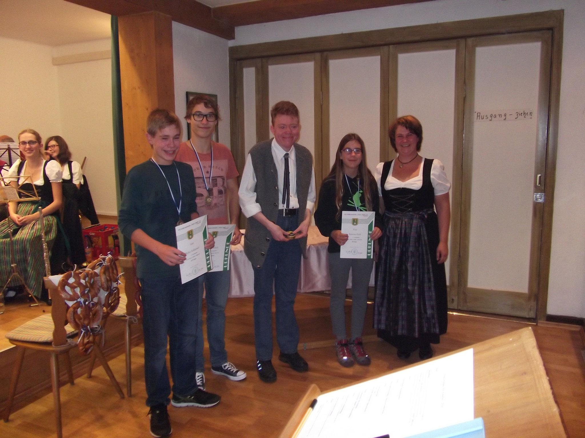 Jugendleiterin Heidi Wagner mit der Jugend bei der Preisverteilung 2016