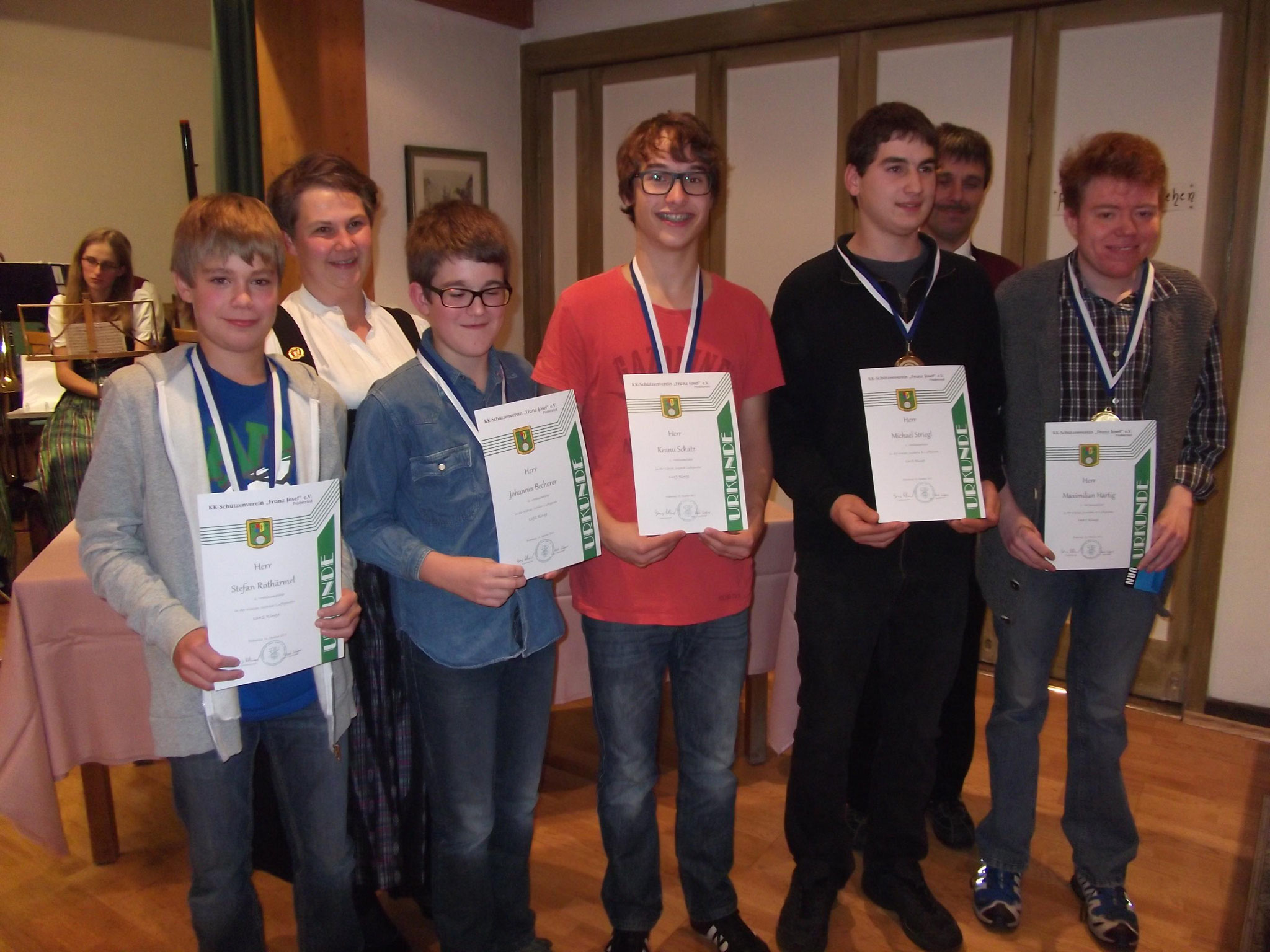 Jugendleiterin Heidi Wagner mit der Jugend bei der Preisverteilung 2015
