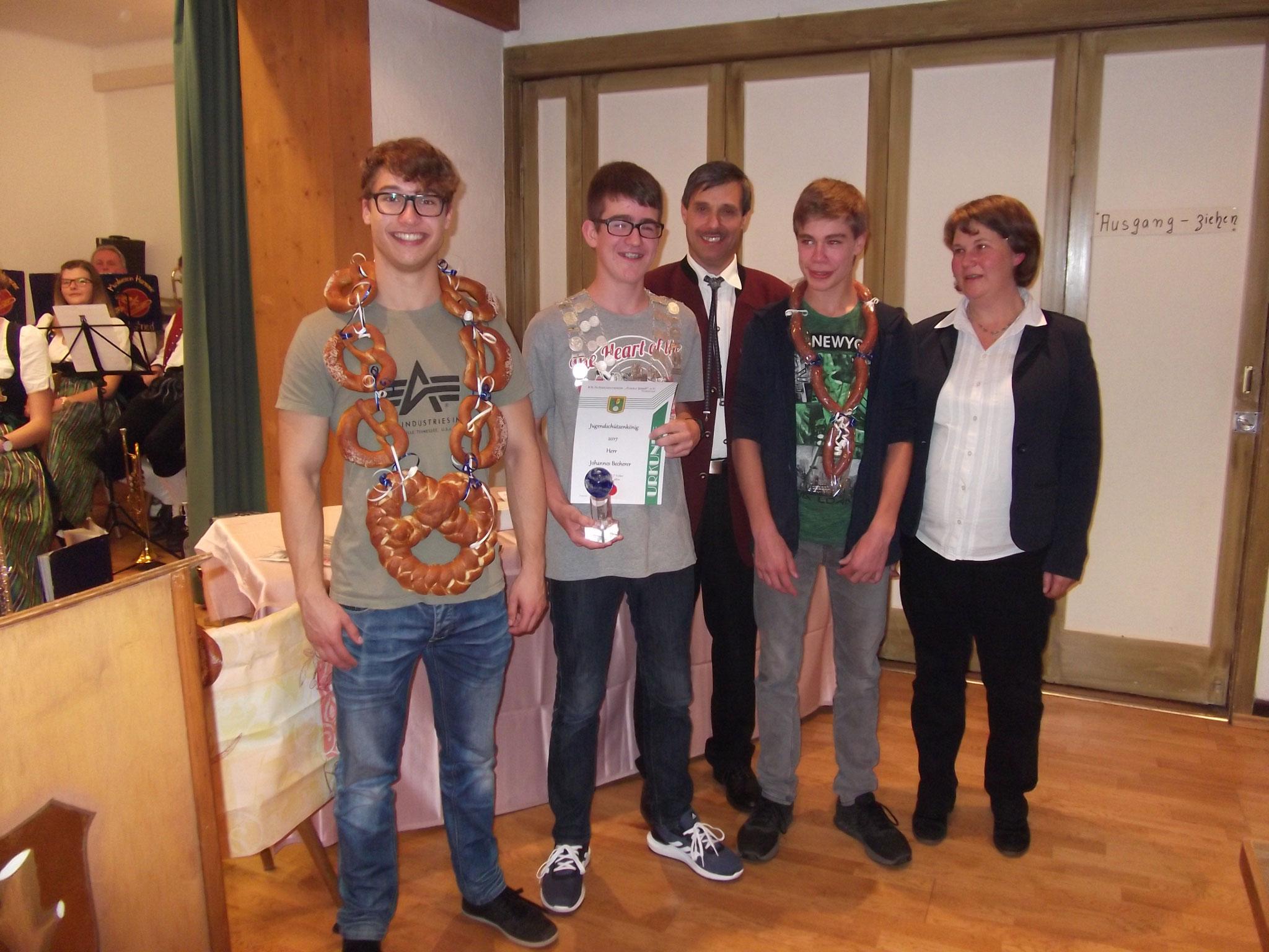 Jugendleiterin Heidi Wagner mit der Jugend bei der Preisverteilung 2017