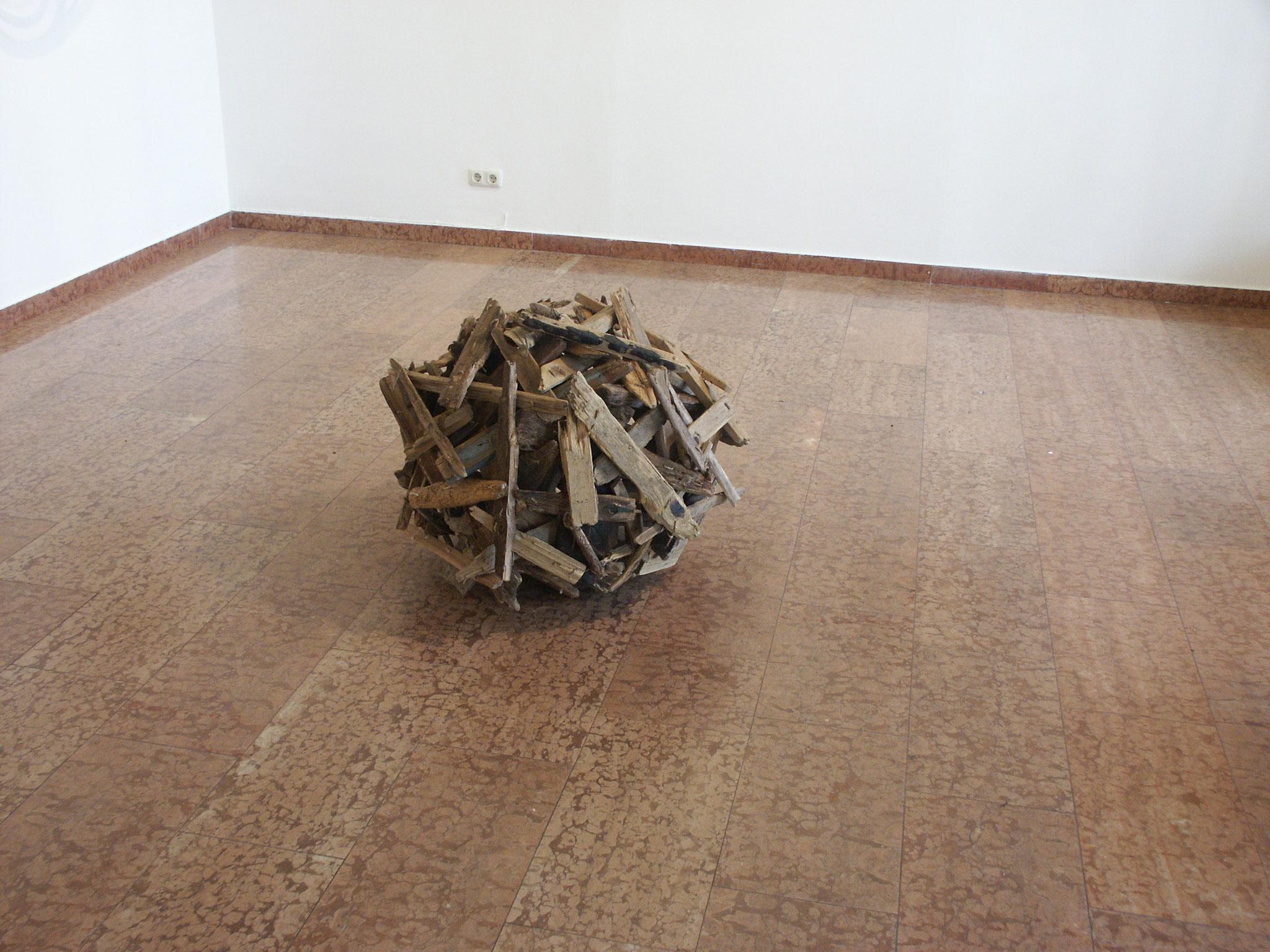 Holzkugel (genäht, vom Kater geplättet), Kraftobjekte Wolfgang Wallner Hall in Tirol