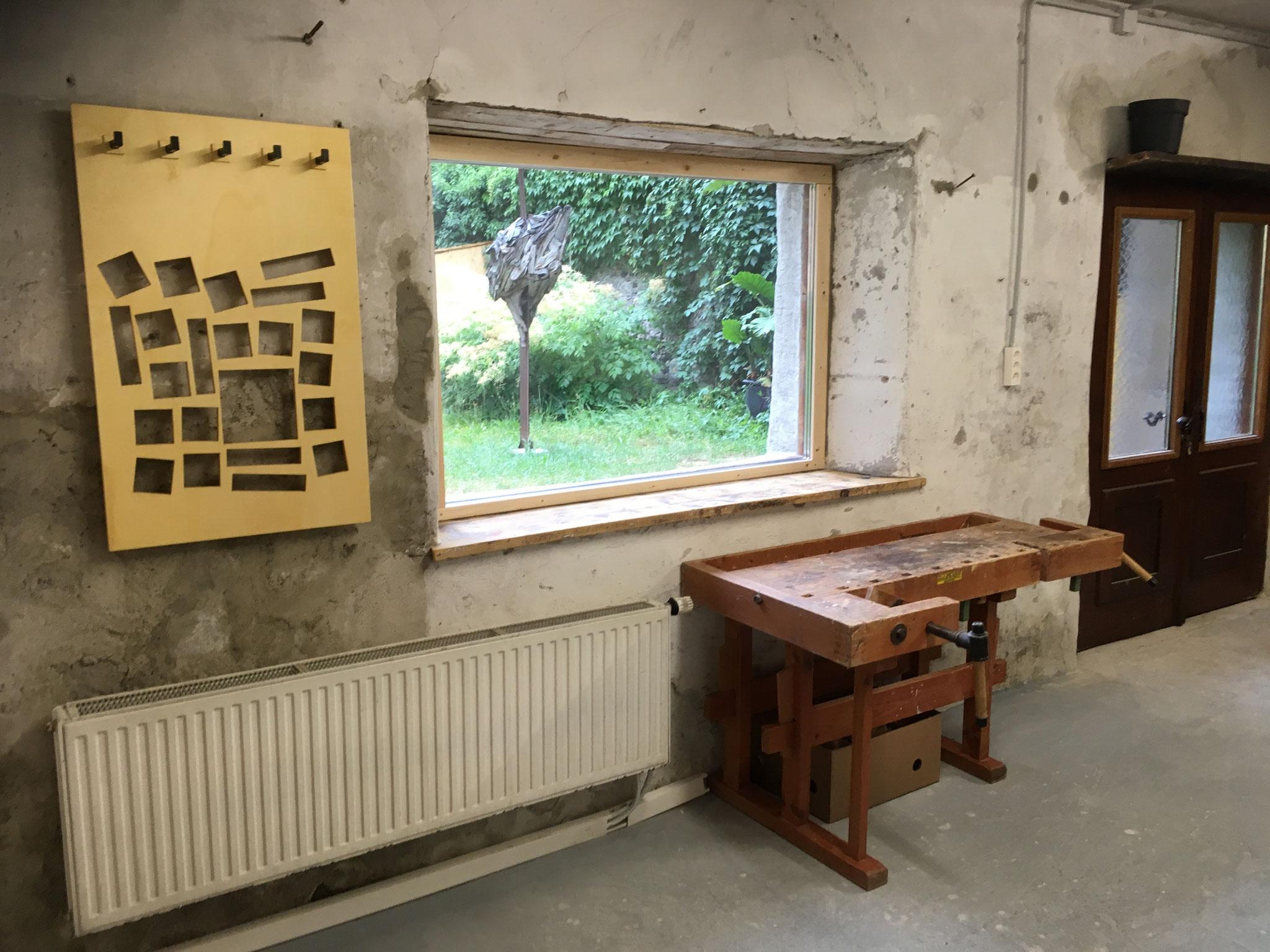 Holzwerkstatt mit Gartenblick