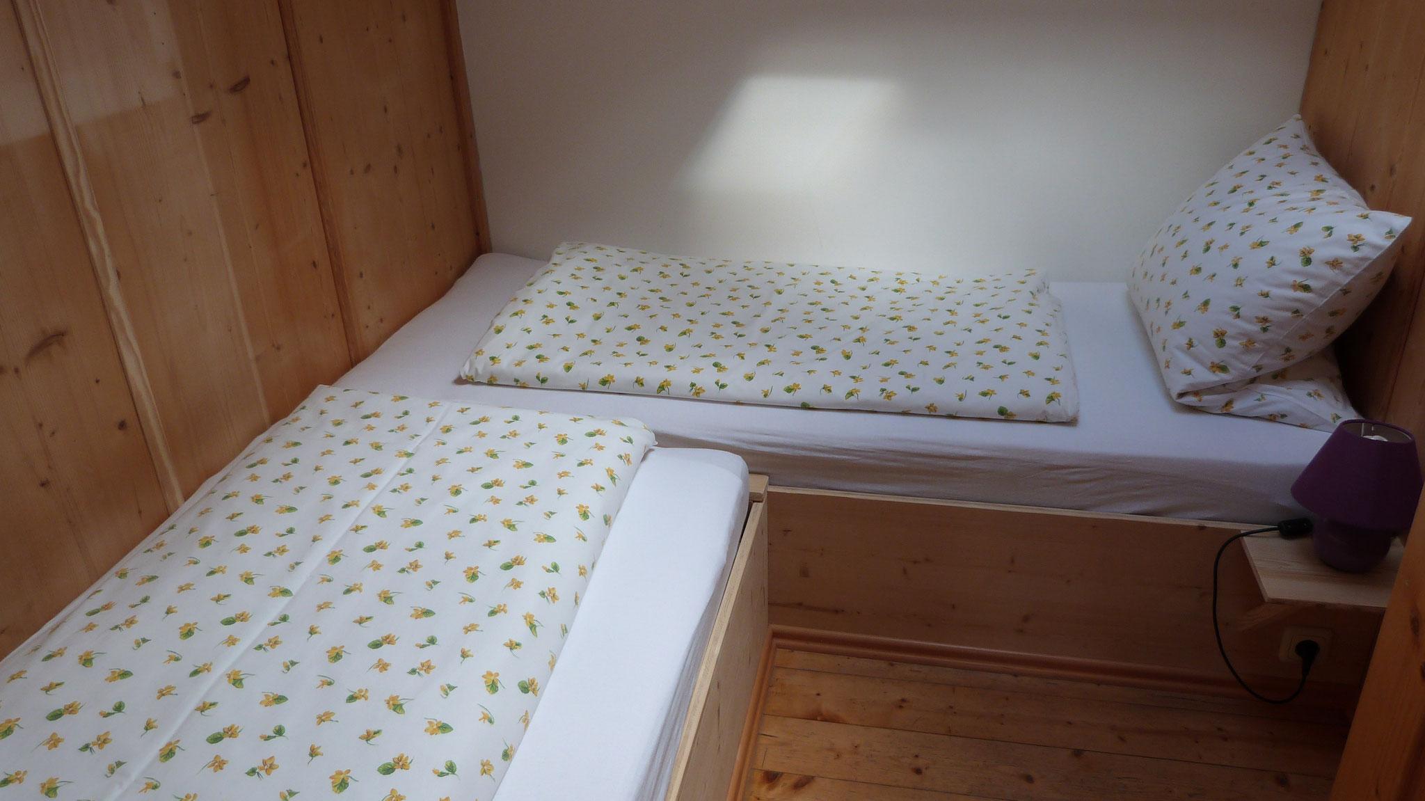 Kleines Kinderzimmer mit zwei Einzelbetten