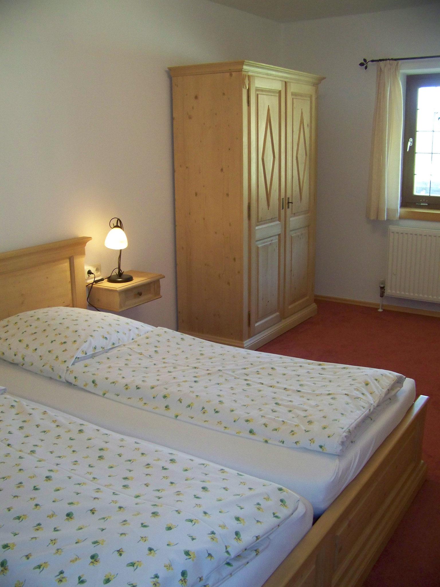 Gemütliches Schlafzimmer mit Betten ohne Fußteil