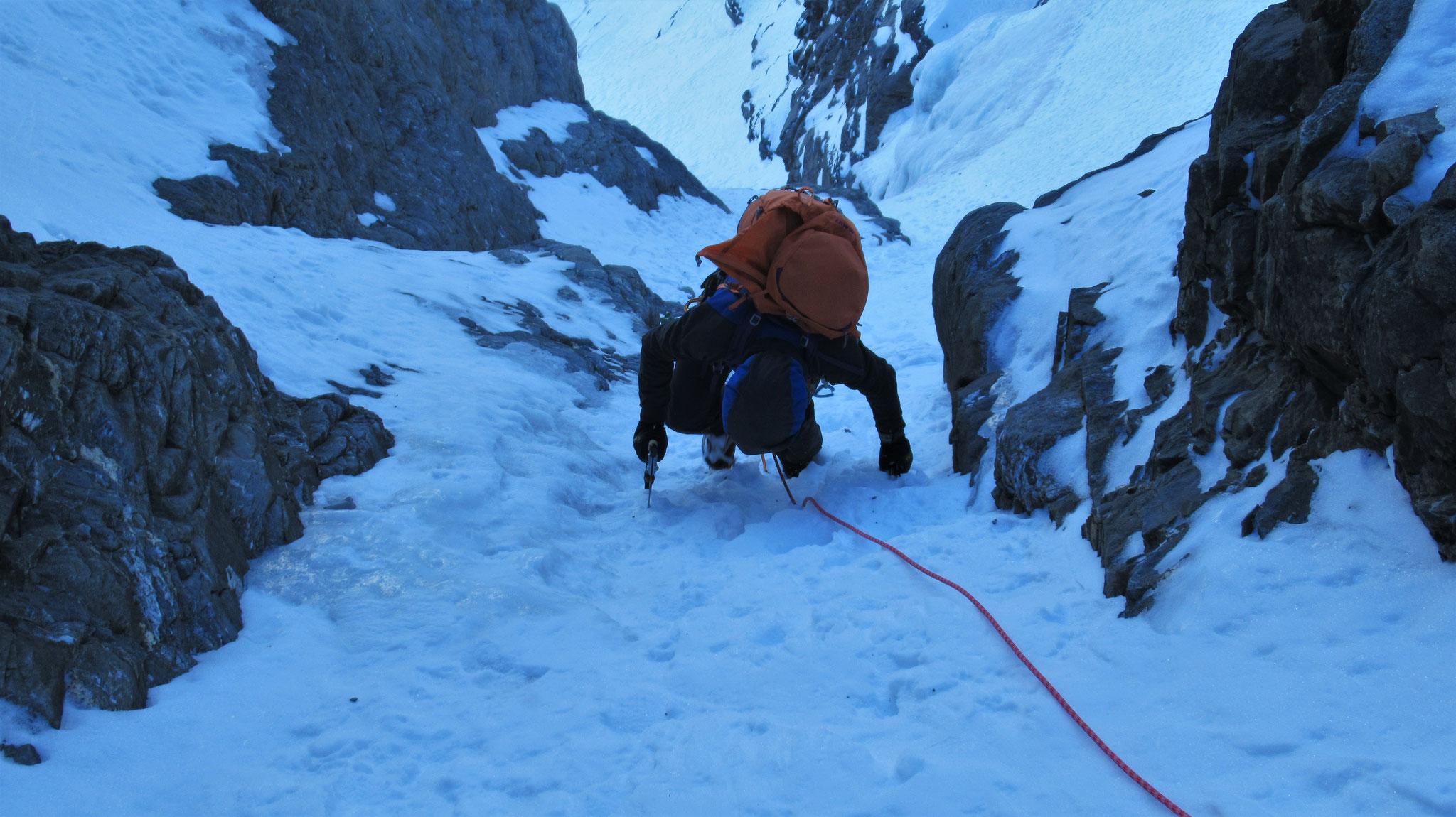 La pente de neige sous le ressaut sommital  -  Cascade guide Maurienne