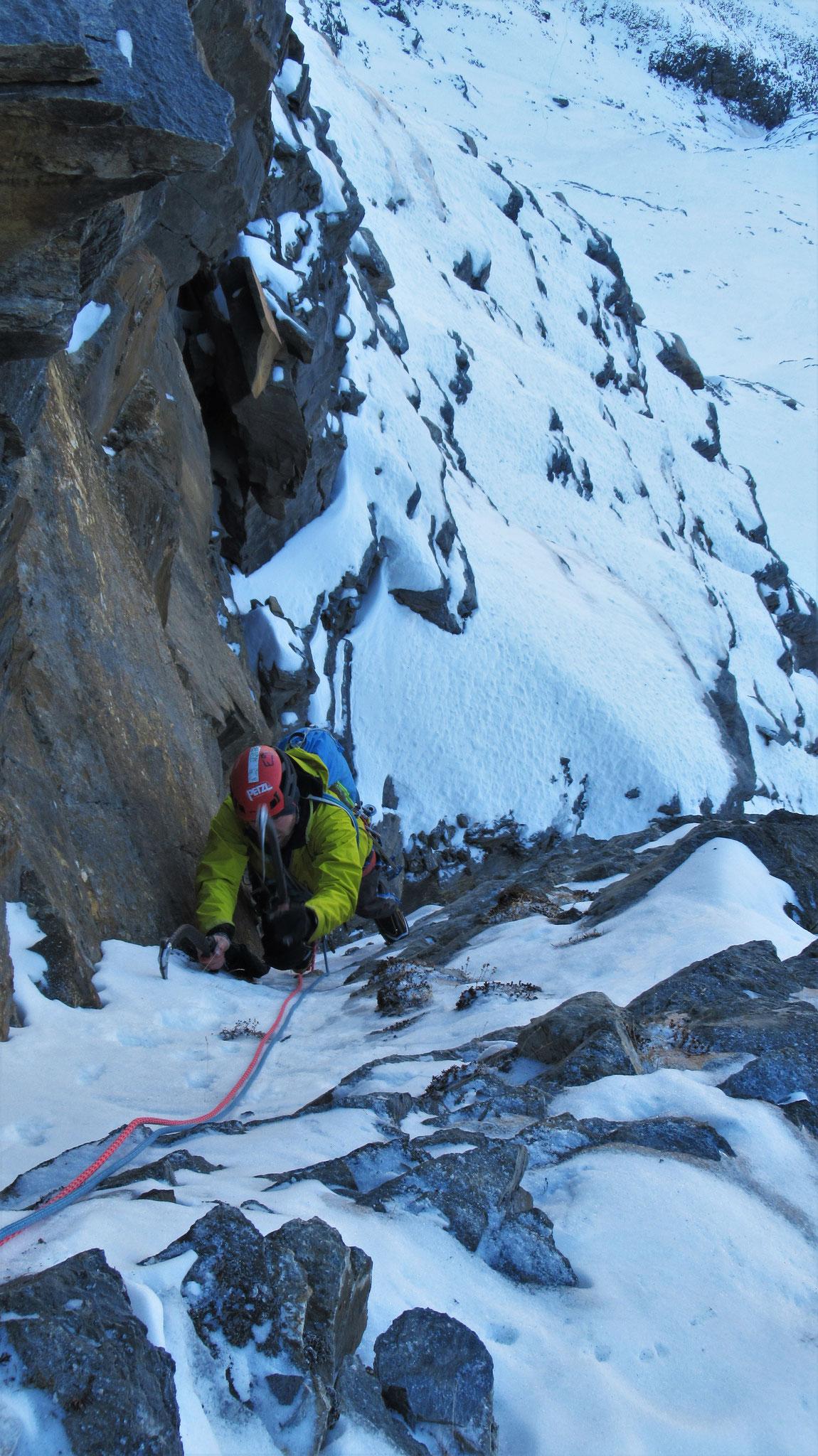 Jimmy dans la petite goulotte de sortie de L2  -  Cascade guide Maurienne