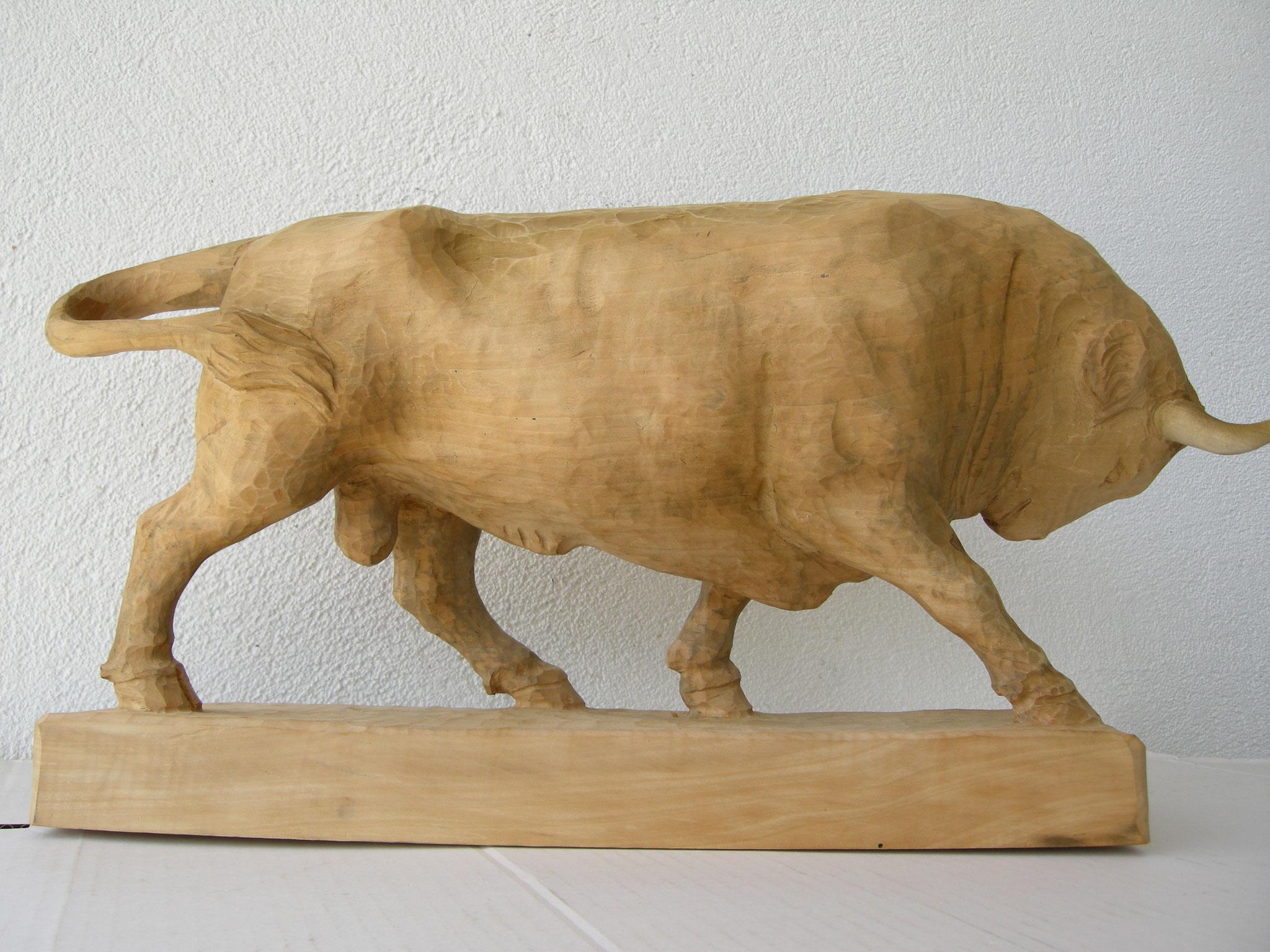 Stier geschnitzt