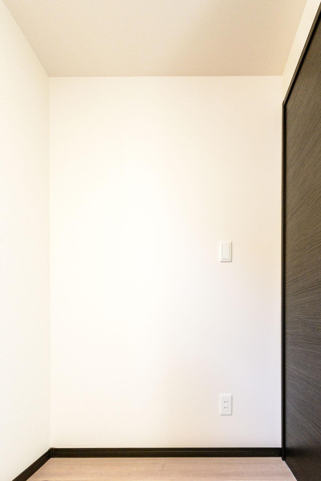 コンセント・スイッチ(ベッドで就寝時に手の届く範囲を考慮して配置しました)