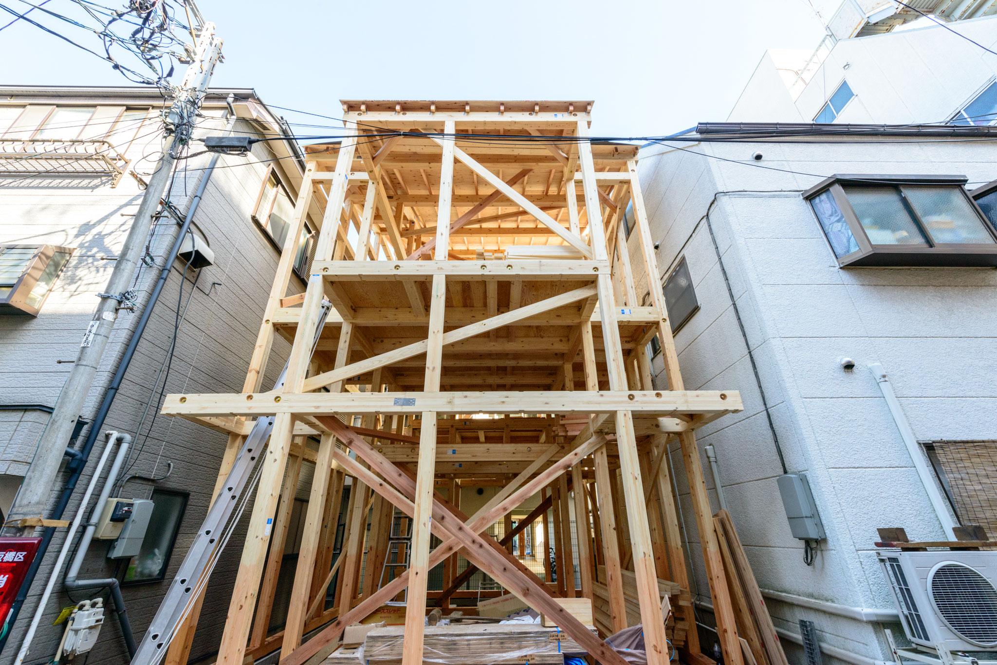 2018年3月4日建て方1(2階建てですが、両側の建物と高さがほとんど変わりません)