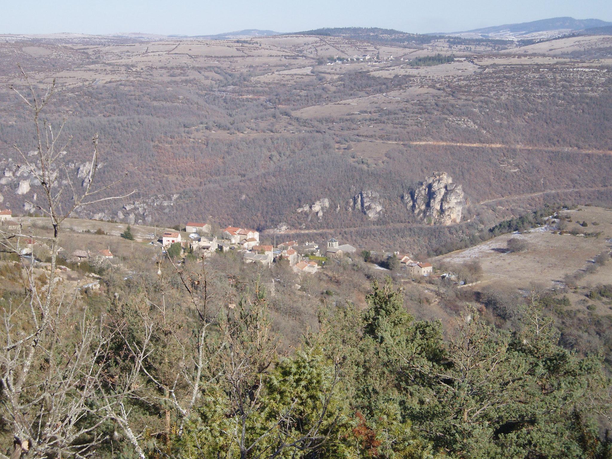 Vue sur la vallée de la Dourbie au fond  vers le Causse Noir et l' Aigoual