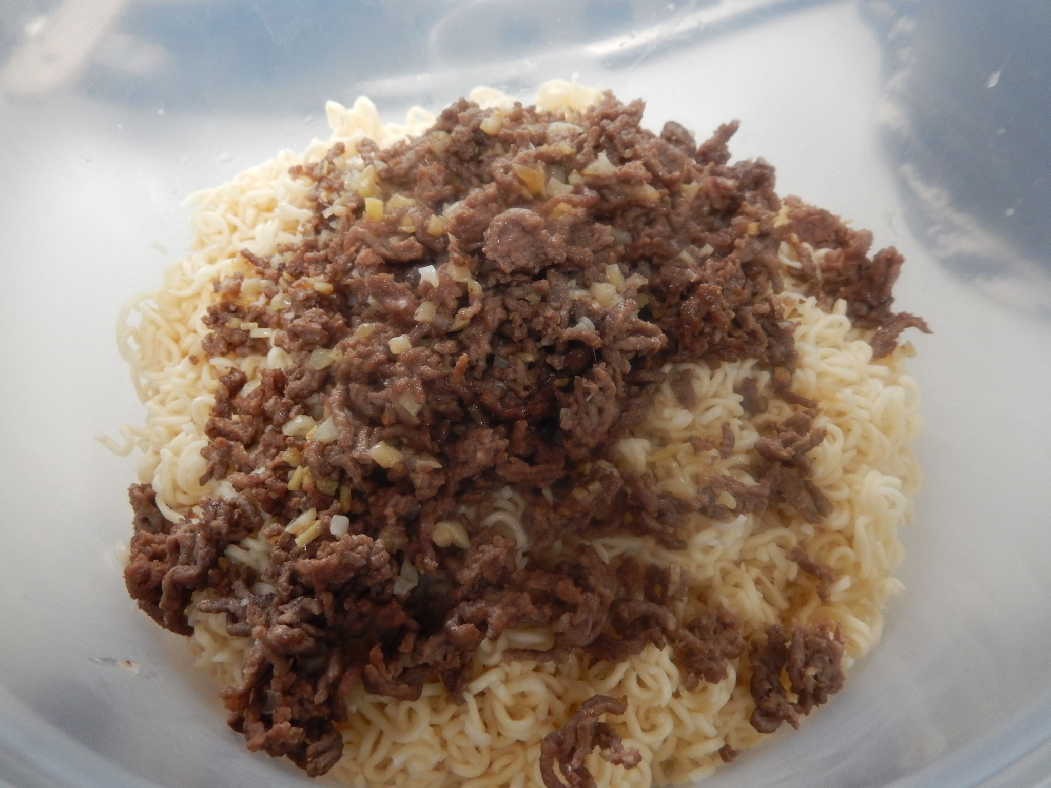 asiatische Nudeln kochen und Hackfleisch gut anbraten