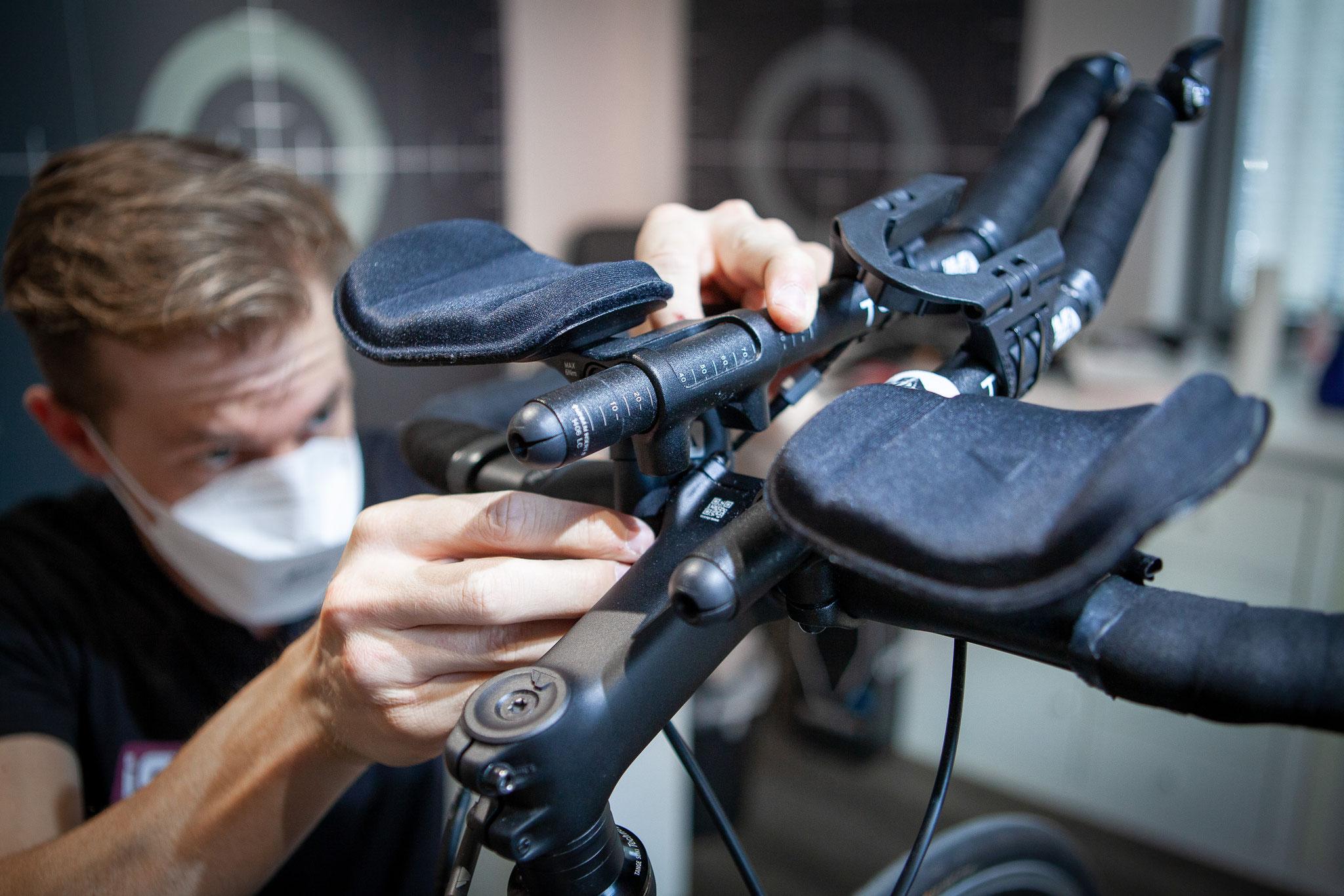 Millimeterarbeit beim Einstellen des Lenkers (Foto: Nils Thies)