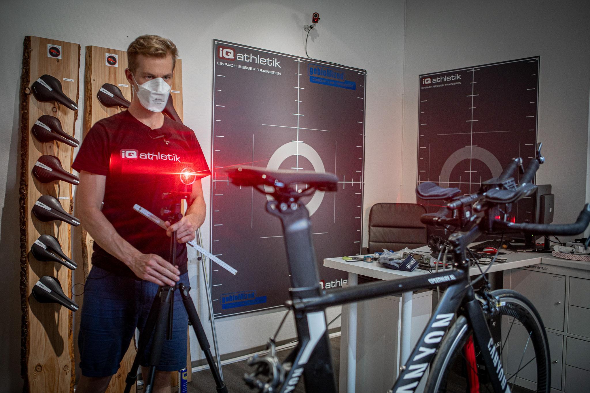 Lasergestützte Vermessung des Fahrrades beim Bikefitting (Foto: Nils Thies)