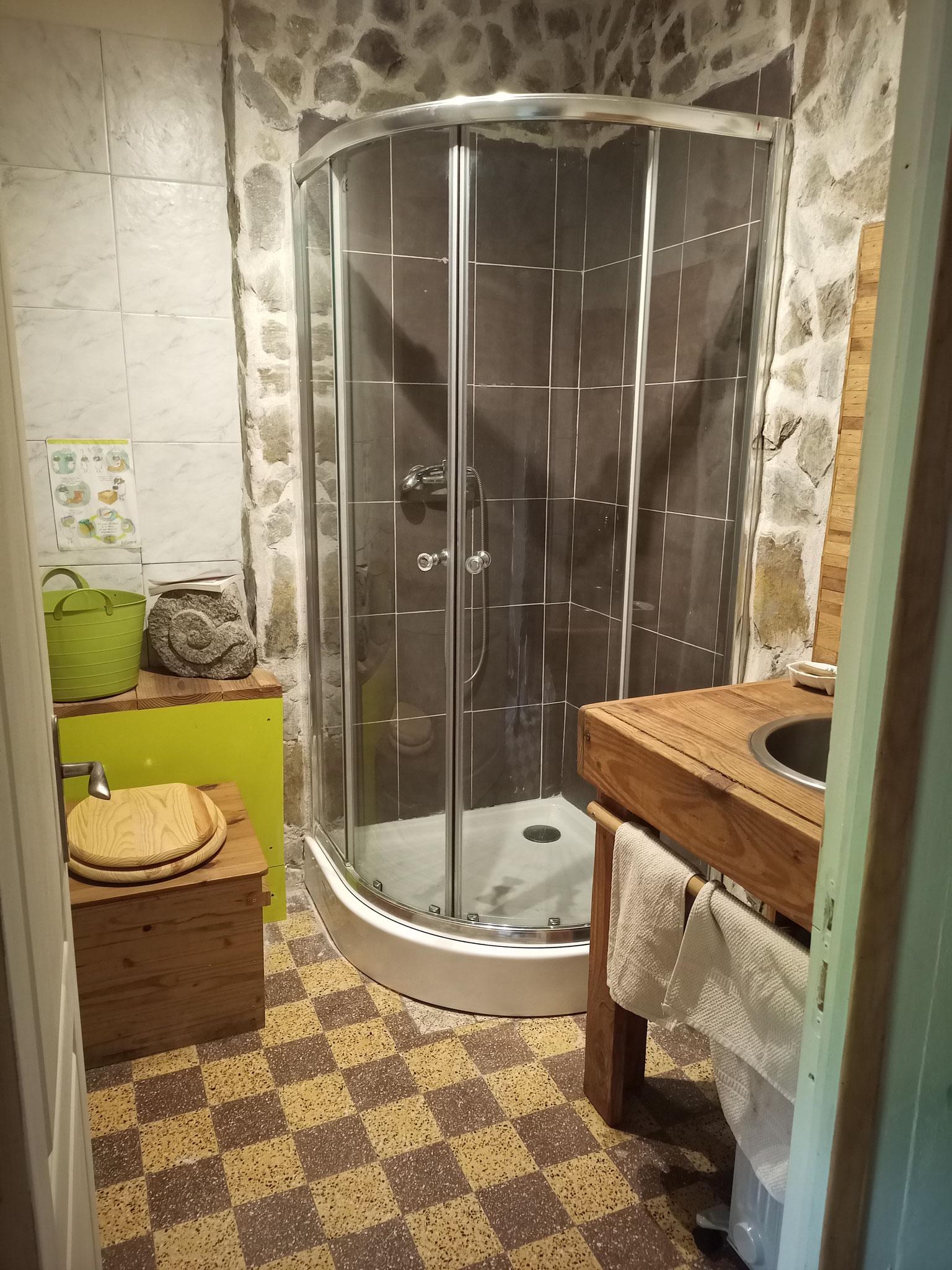 Douche à l'interieur de la maison réservée uniquement pour la chambre