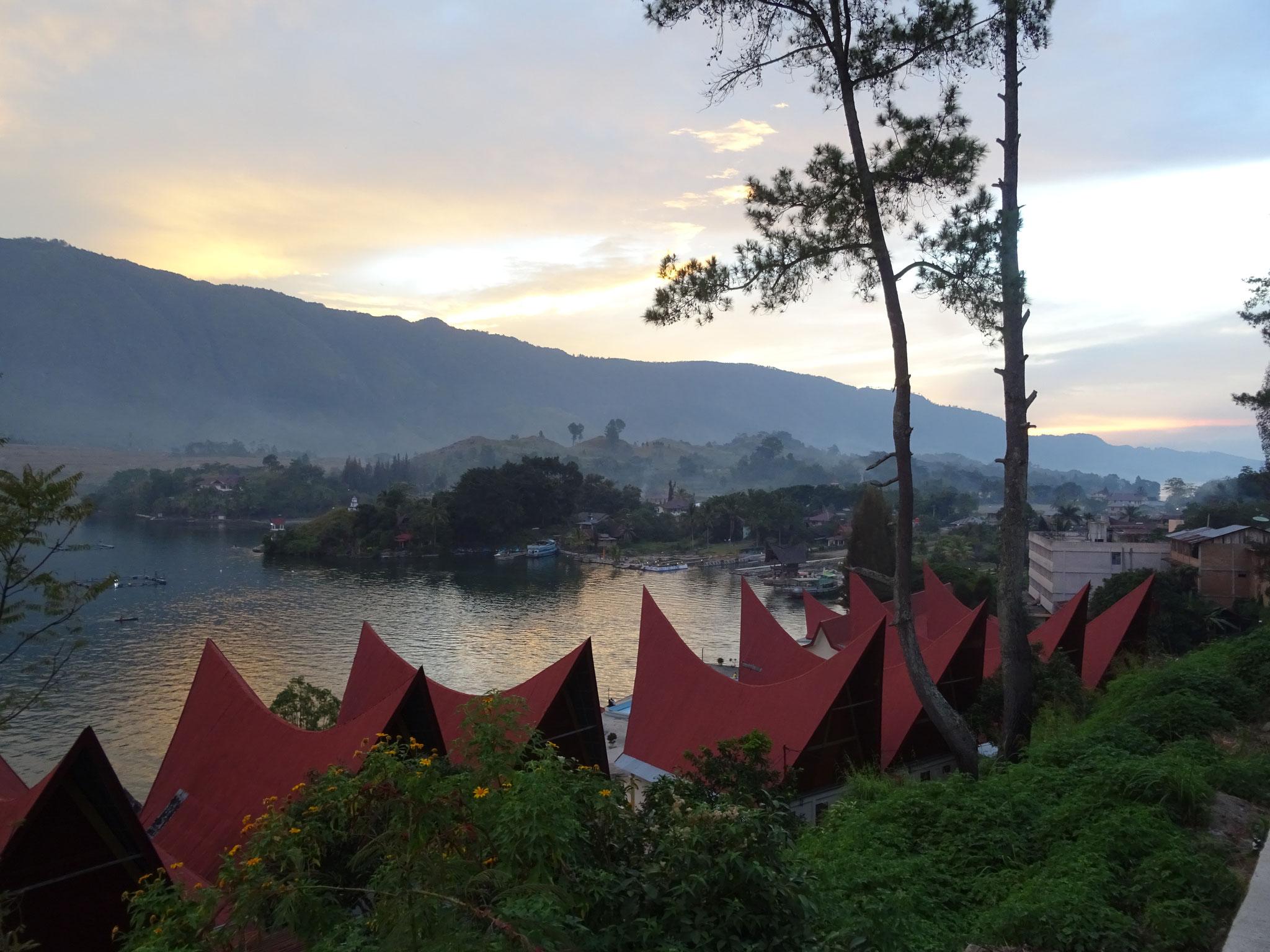 Typische Batak-Häuser im Dorf Tuk Tuk