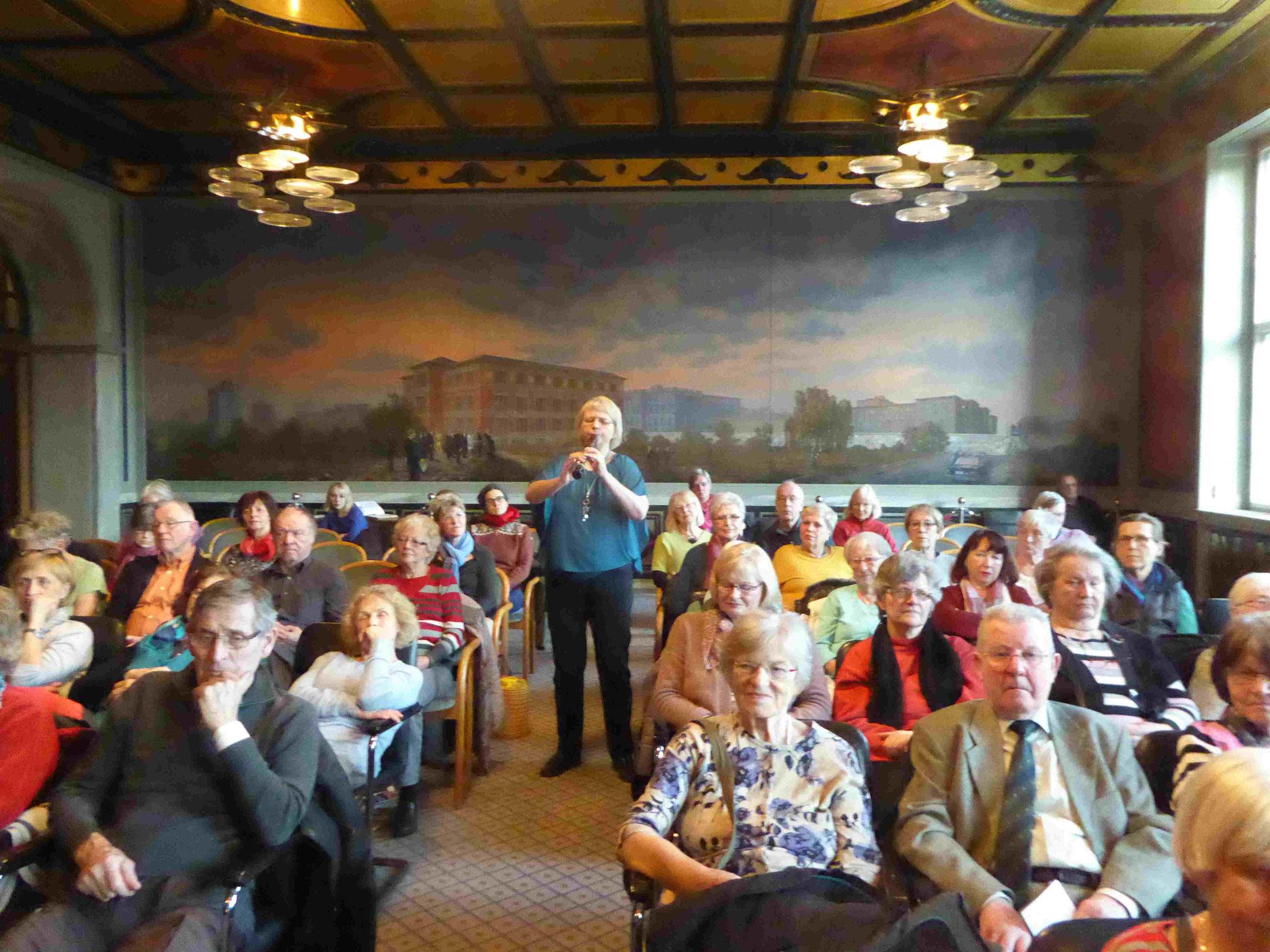 LIT-Mitglied Rotraud Hellhake sorgt diesmal auch für die musikalische Begleitung