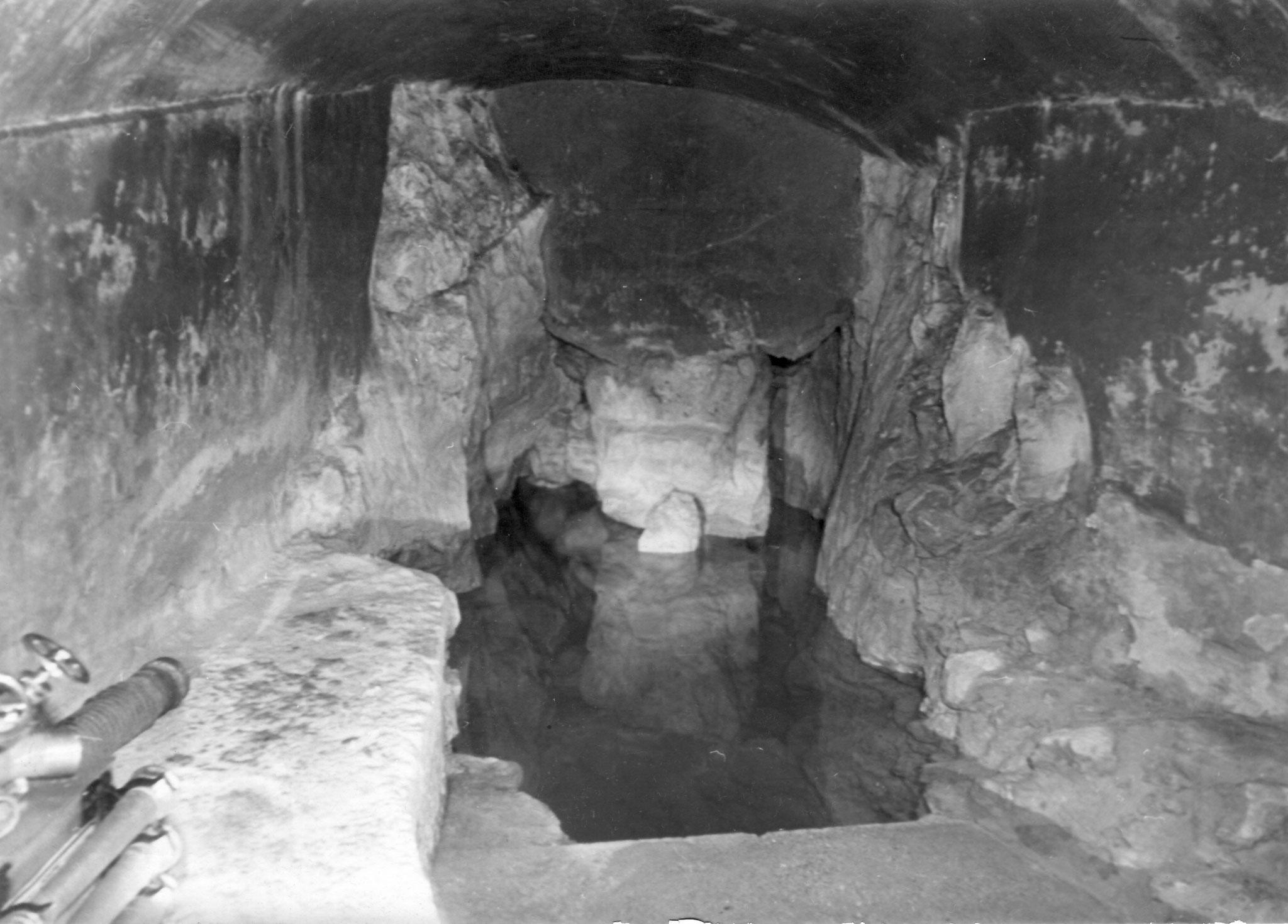 Quellgrotte mit Feuerwehrspritze. Im  Sommer 1947 besuchten Fritz Schänzli, Eduard Lanz und der Fotograf Hubert Matile die Römerquelle.