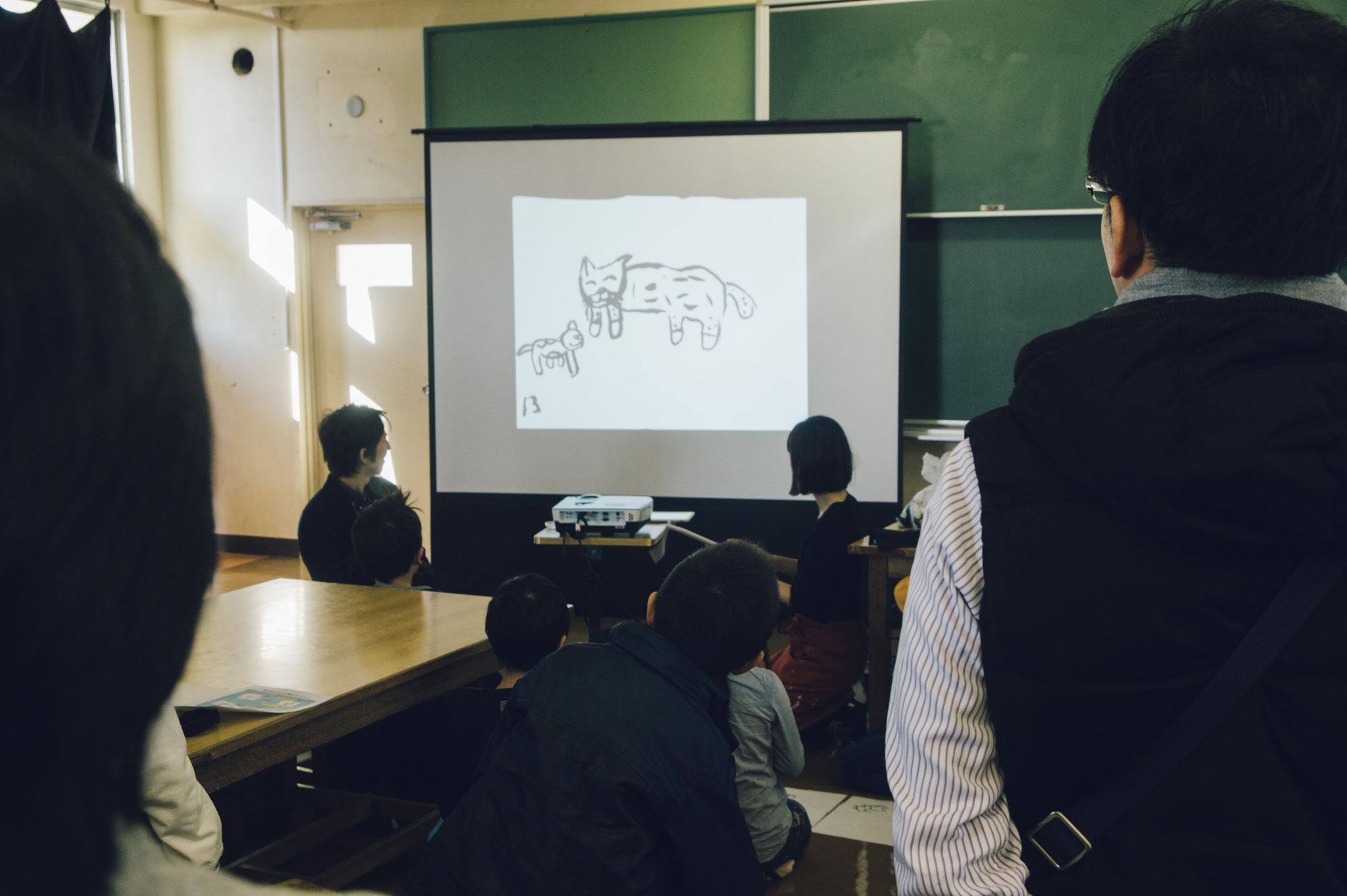 iPadと習字セットをつかったデジタルワークショップ。簡単にパラパラ漫画がつくれます。最後は同じ席の子のアニメと繋げて大作に!(子供/2時間半)主催:千葉市メディア芸術振興事業実行委員会/ななめな学校