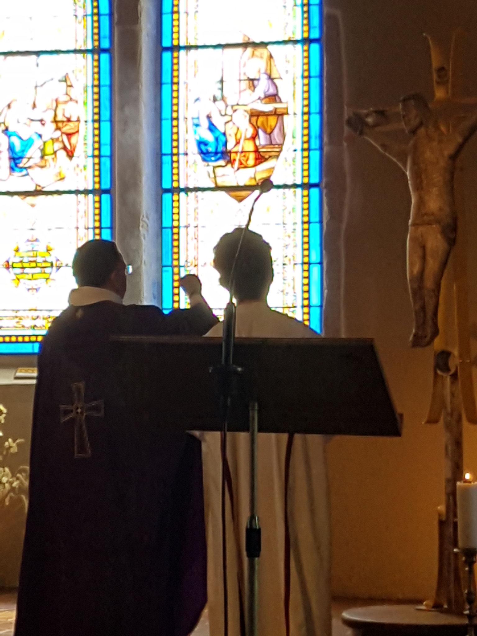 Tous les éléments rappelant la joie (notamment les fleurs) ont été remis en place lors de l'offertoire. Les cierges ont été éclairés.