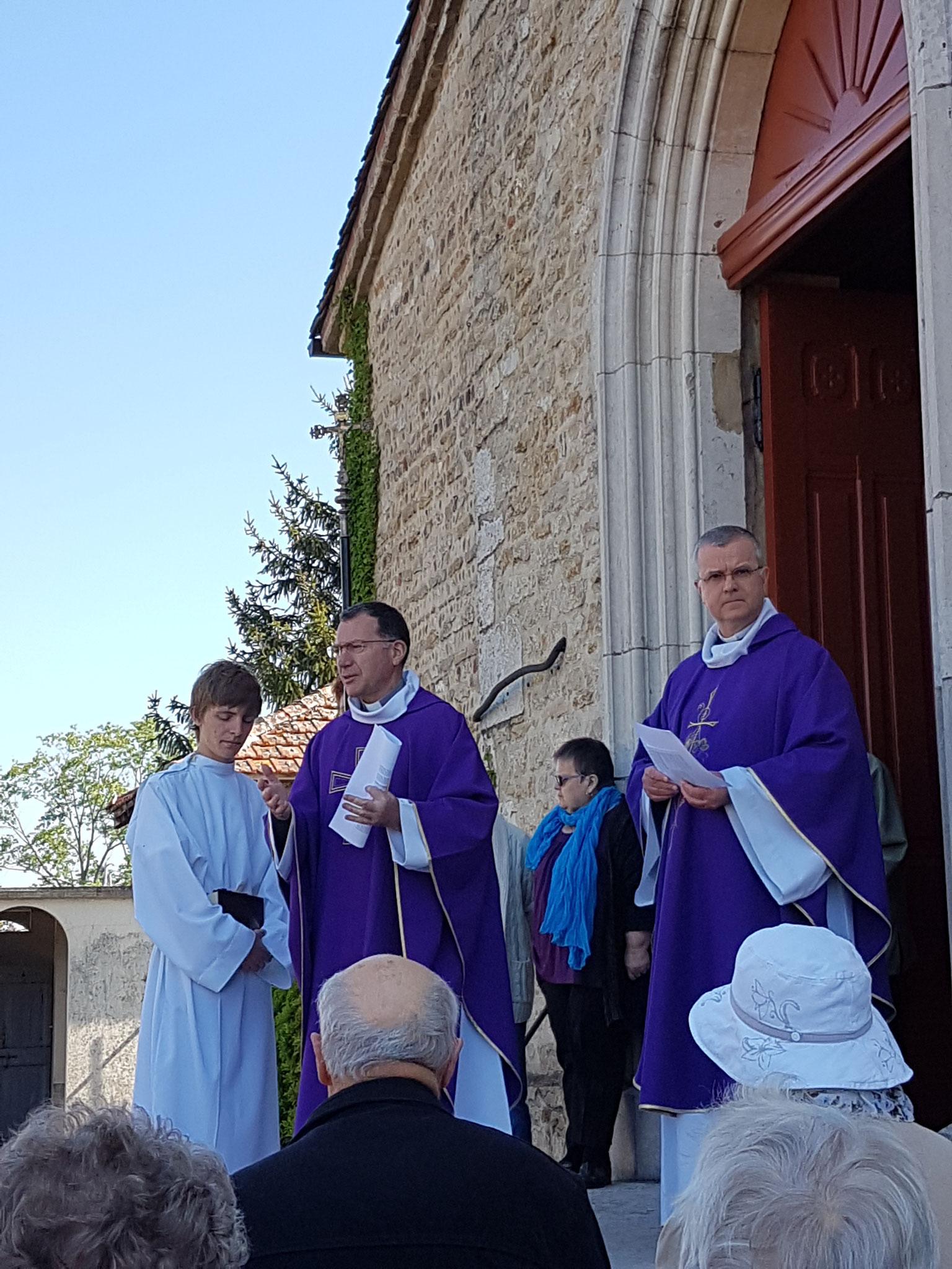 Après la prière d'ouverture, les prêtres suivis des paroissiens sont entrés en procession.