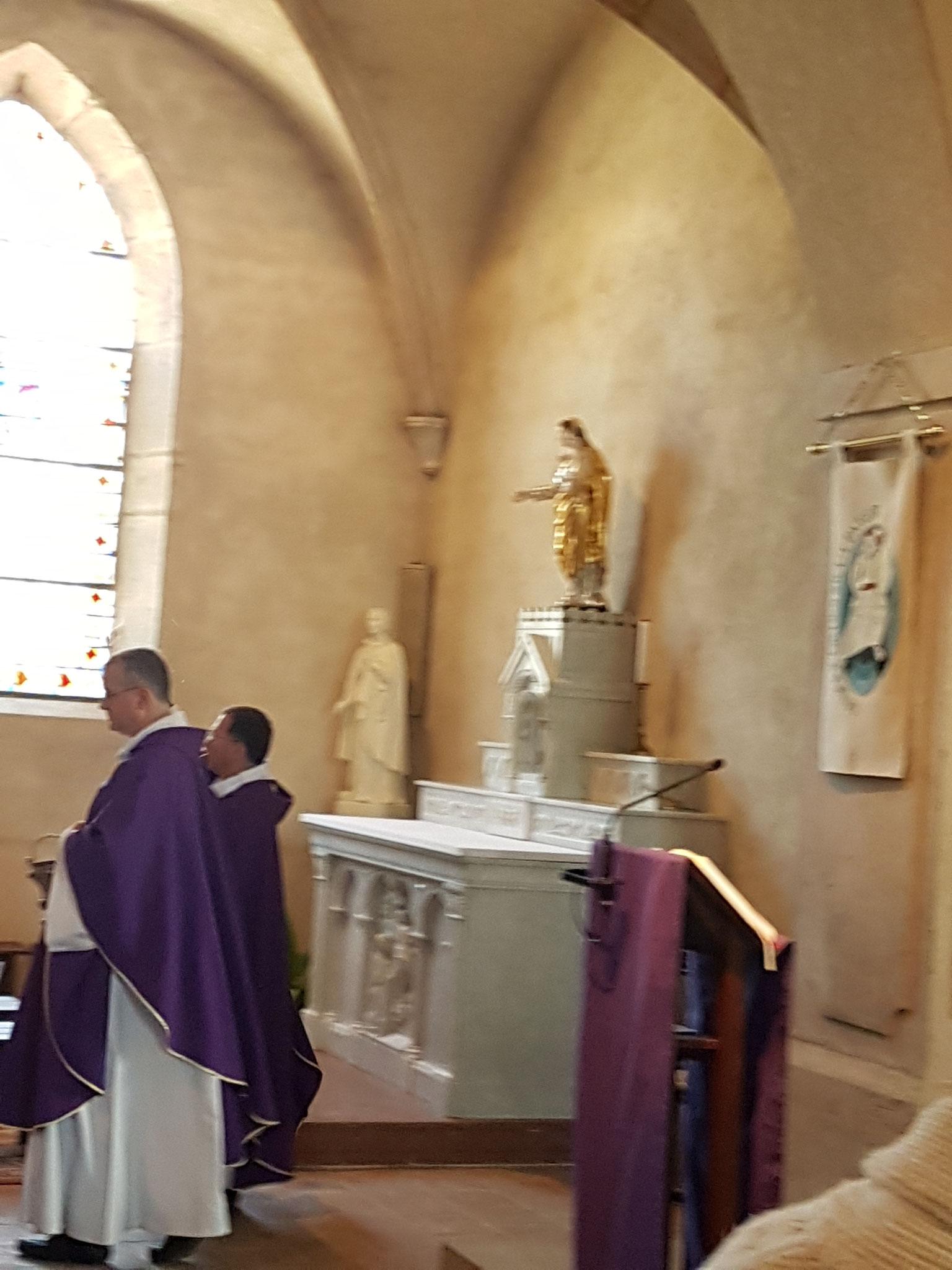 Au cours de la préparation pénitentielle, aspersion de l'autel, de l'assemblée et des murs de l'église.